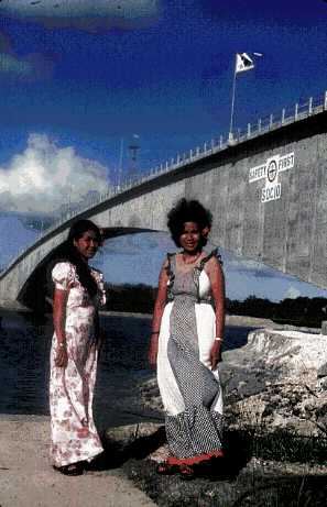ファイル:Palauan women by former K-B Bridge.jpg