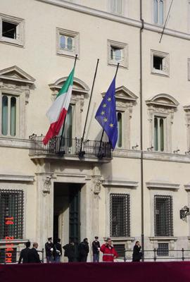 particolare delle bandiere di Palazzo Chigi, s...