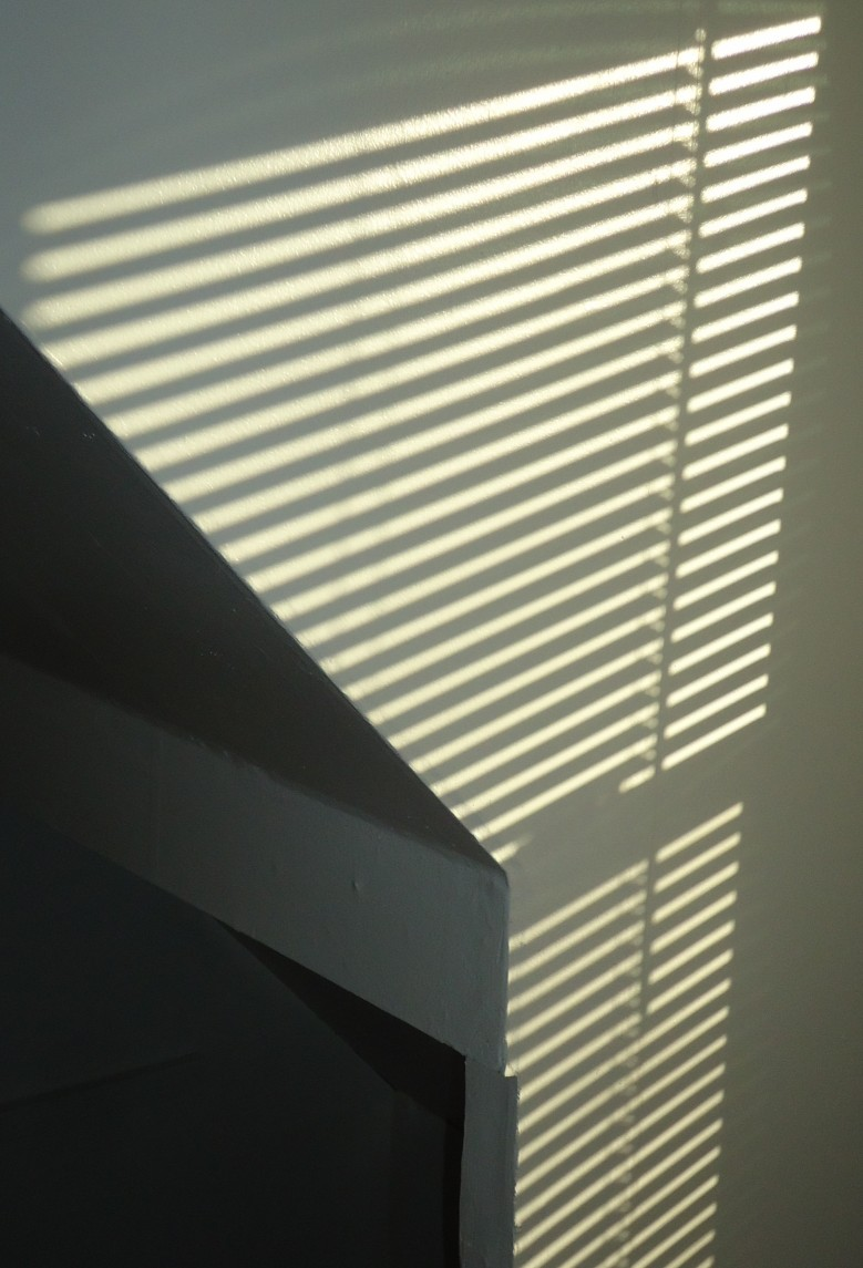 File:Pattern of light on a white wall made by sun through blinds.JPG ...