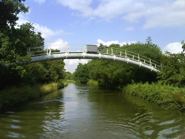 Pipeline over the Grand Union Canal (near bridge 66) - geograph.org.uk - 1432445
