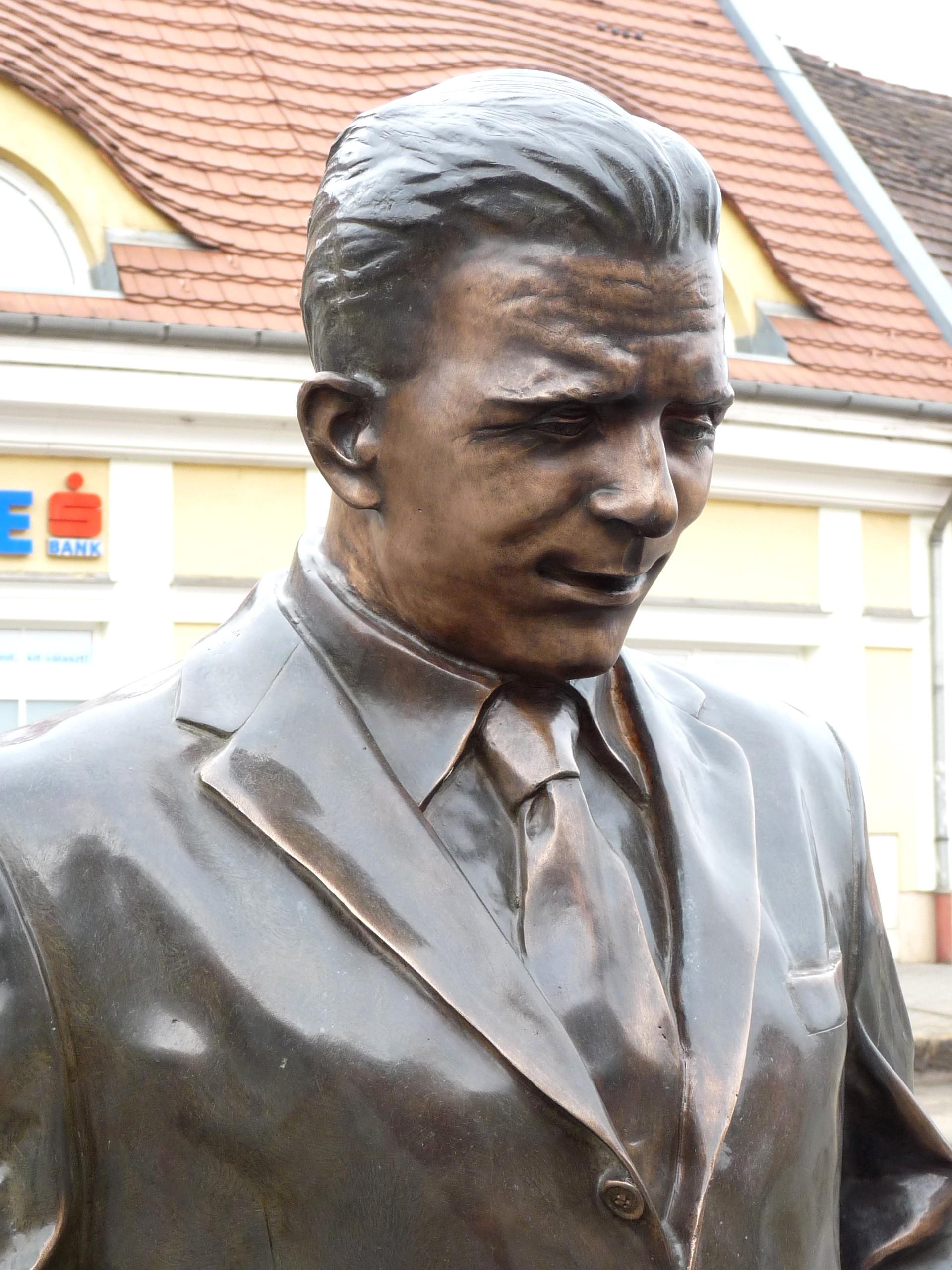 """File Puskás statue in """"buda 4 Wikimedia mons"""