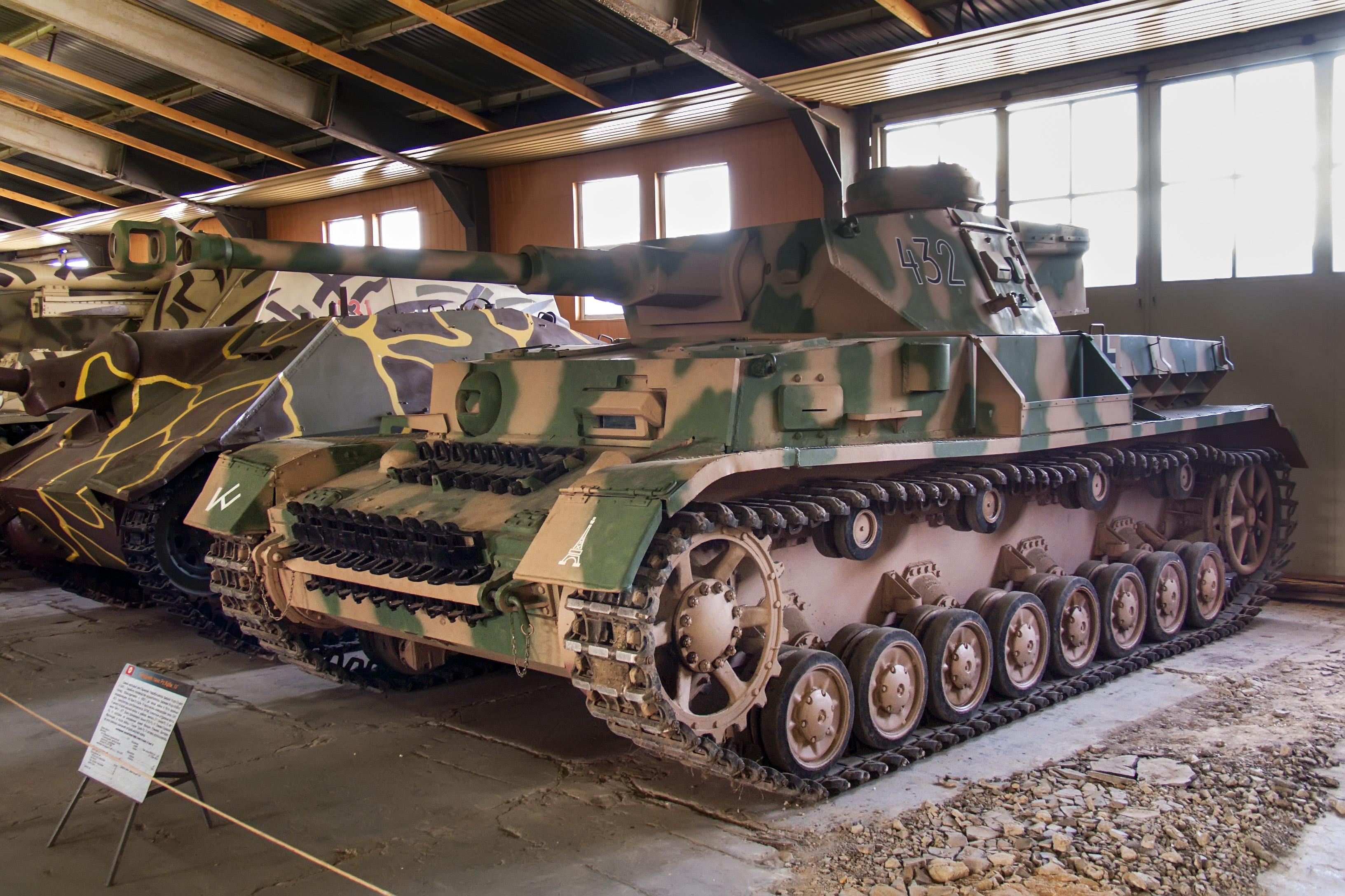 https://upload.wikimedia.org/wikipedia/commons/2/2a/Pz.Kpfw_IV_Ausf.G_in_the_Kubinka_Museum_01.jpg