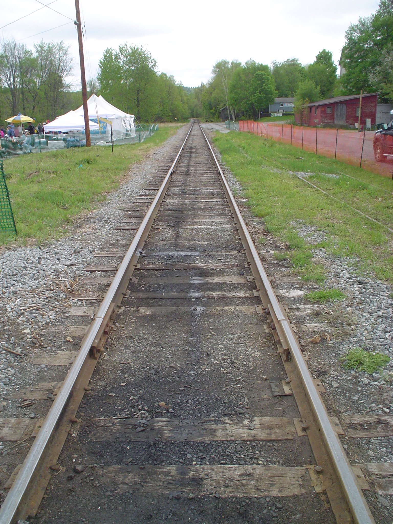 https://upload.wikimedia.org/wikipedia/commons/2/2a/Railroad-Tracks-Perspective.jpg