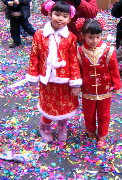 Hong Kong Girls dressed in red. (29 January 2006, 13:43)