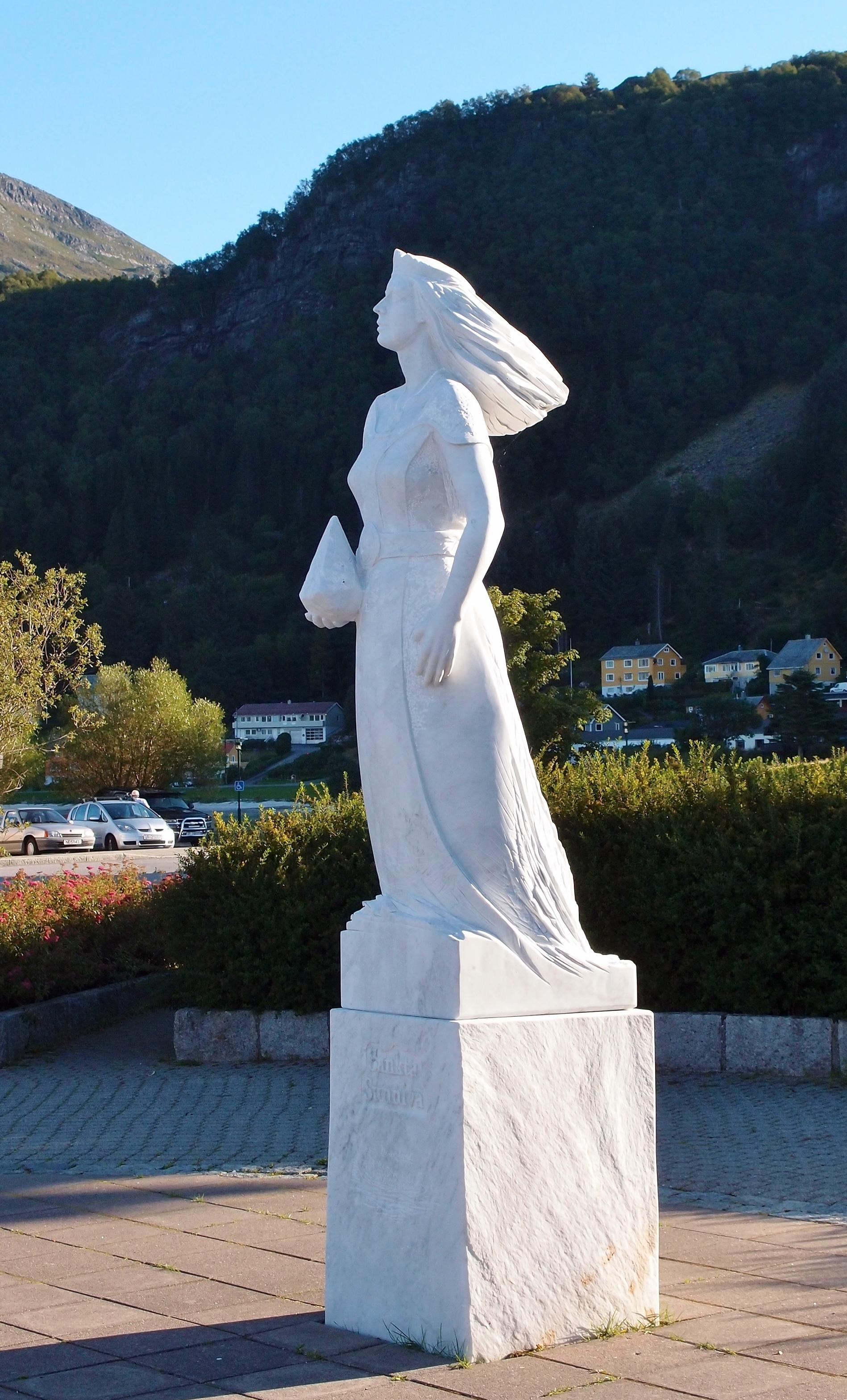 Den hellige Sunniva, marmorstatue av Arne Meland ved havnen i Selje i Vestland