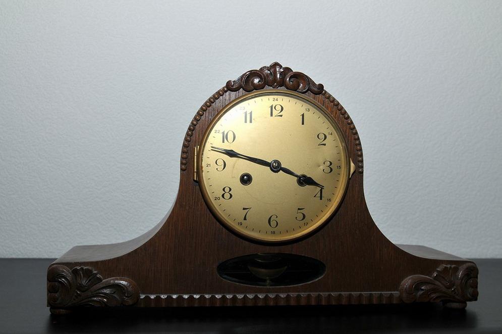 File Simple Desk Clock ca 1940 Wikimedia mons
