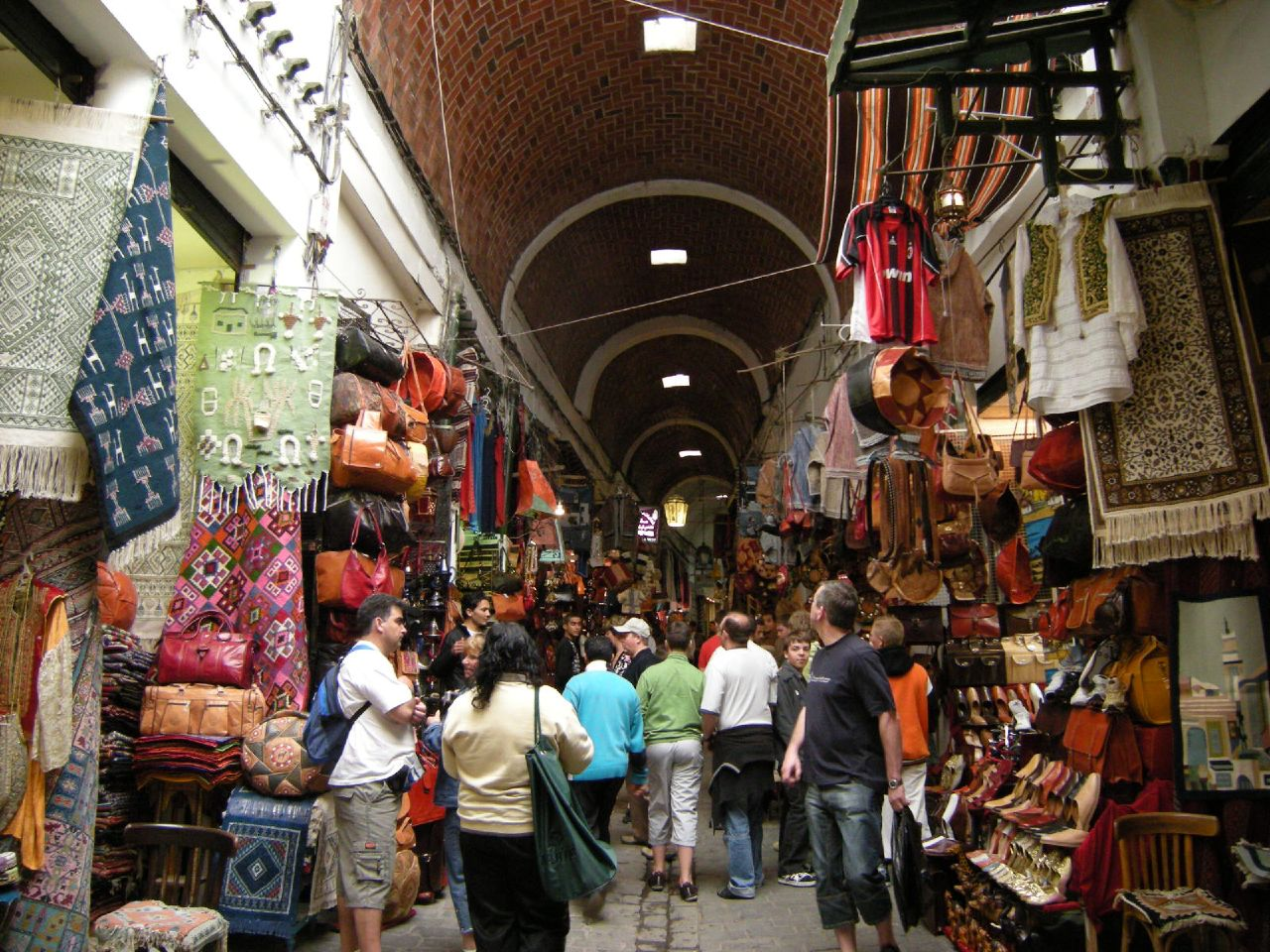 http://upload.wikimedia.org/wikipedia/commons/2/2a/Souk_of_Tunis.jpg