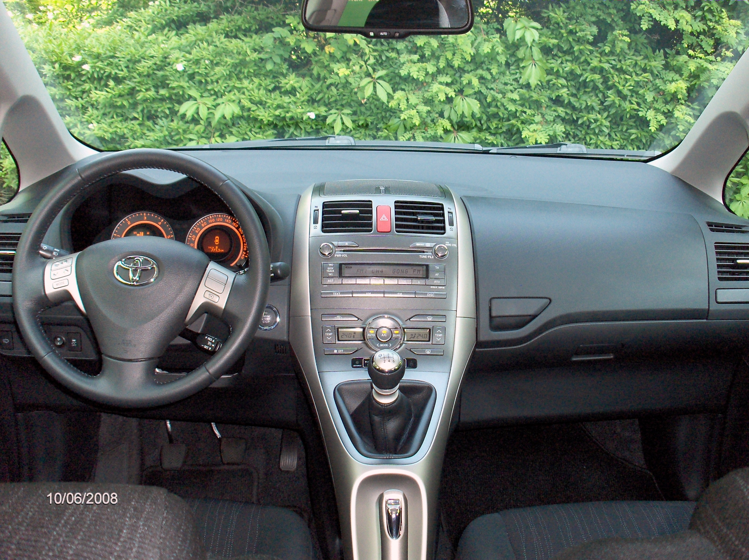 datei toyota auris interieur 1 jpg wikipedia. Black Bedroom Furniture Sets. Home Design Ideas