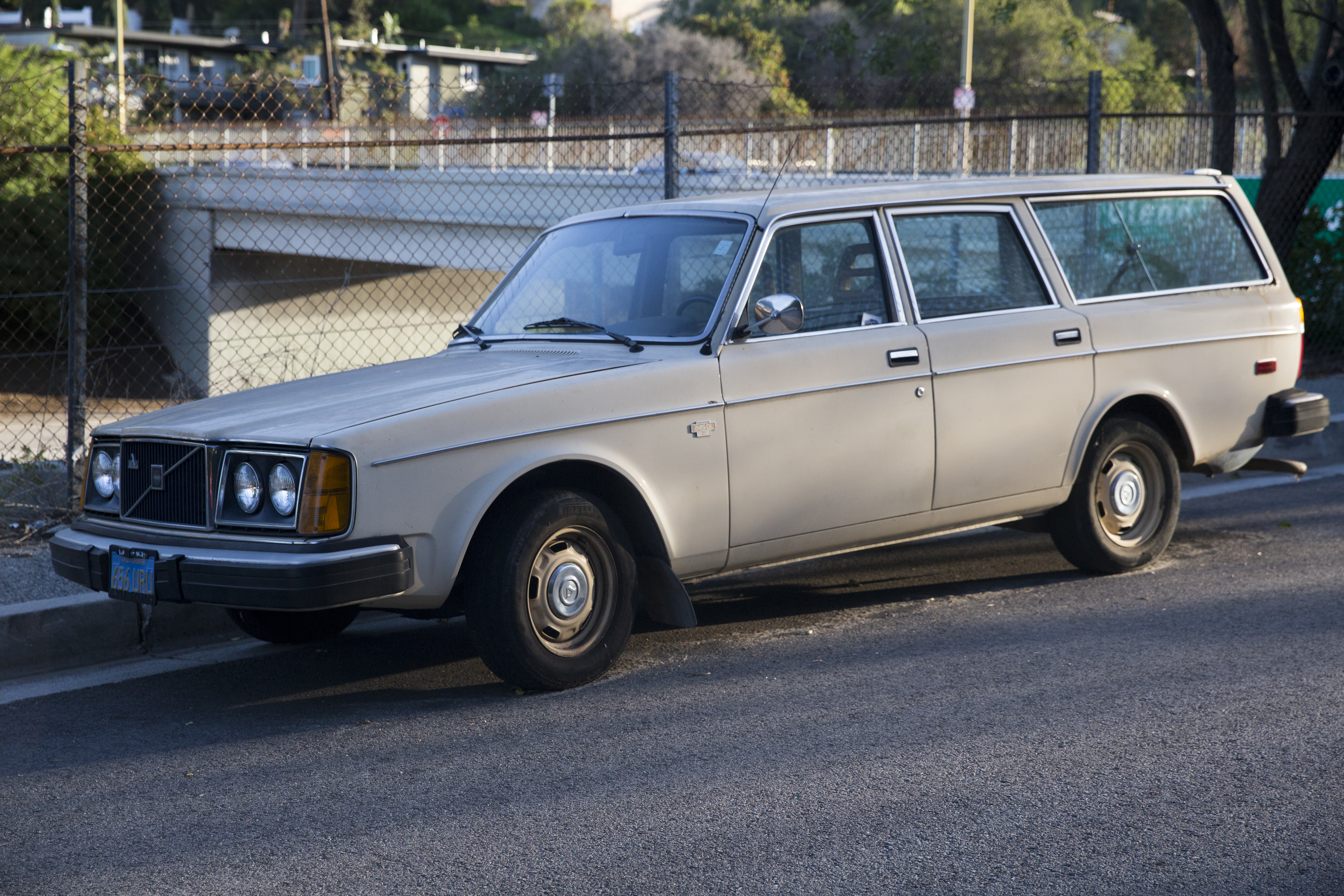 File:1978 Volvo 245DL (USA), Silver Lake, front left jpg
