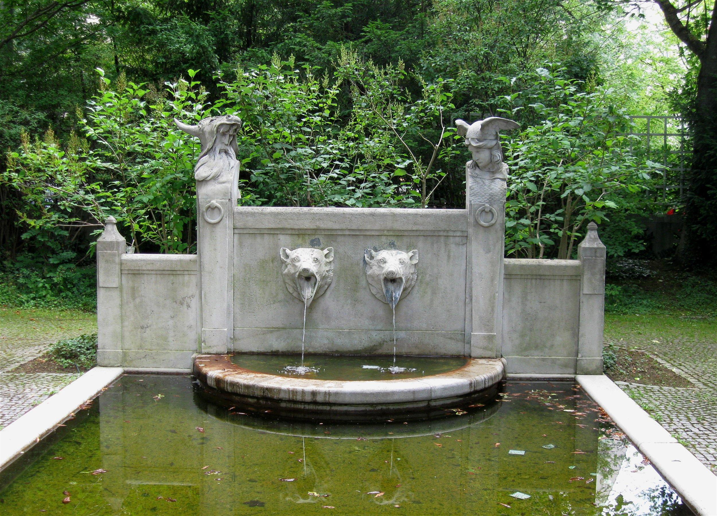 File:Brunnen Im Garten Des Prinzregententheaters Muenchen