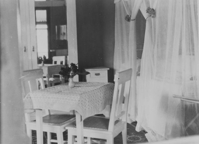 File:COLLECTIE TROPENMUSEUM Interieur van een slaapkamer met tafel bed ...