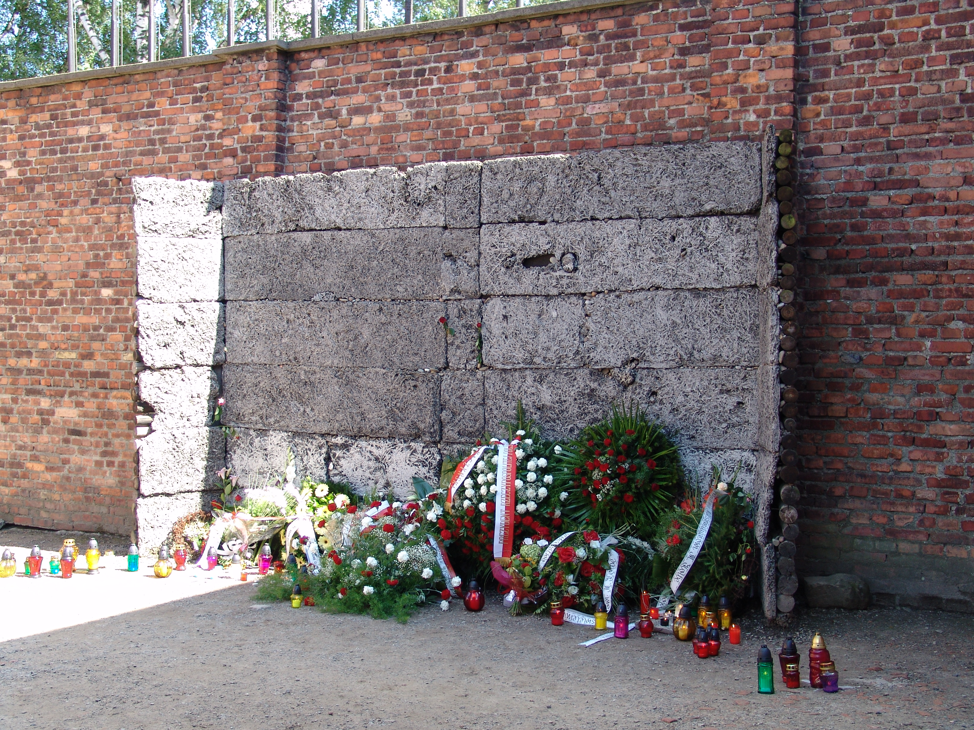 File:Death wall auschwitz.JPG - Wikimedia Commons