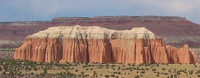 Fichier:Entrada Sandstone capped by Curtis Formation in Cathedral Valley.jpg