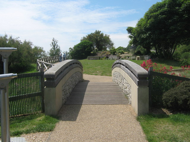 Footbridge in Lower Leas Country Park - geograph.org.uk - 1355479