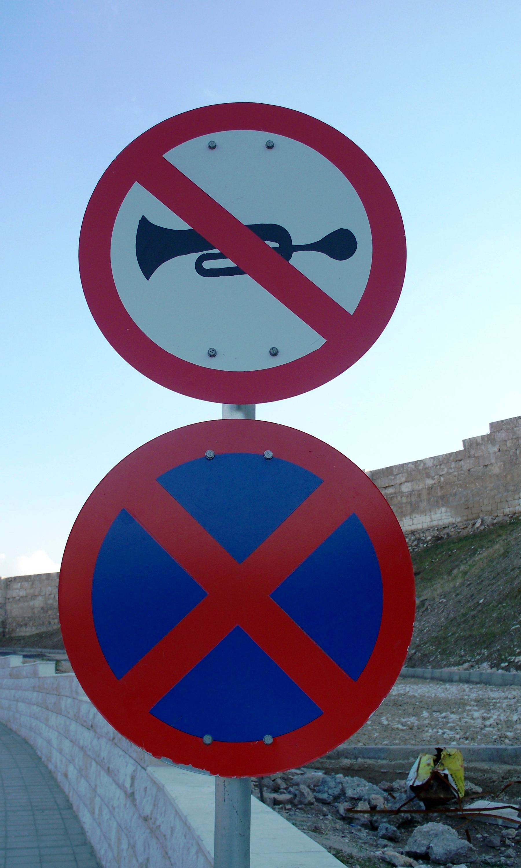 http://upload.wikimedia.org/wikipedia/commons/2/2b/Honking_is_not_allowed.JPG
