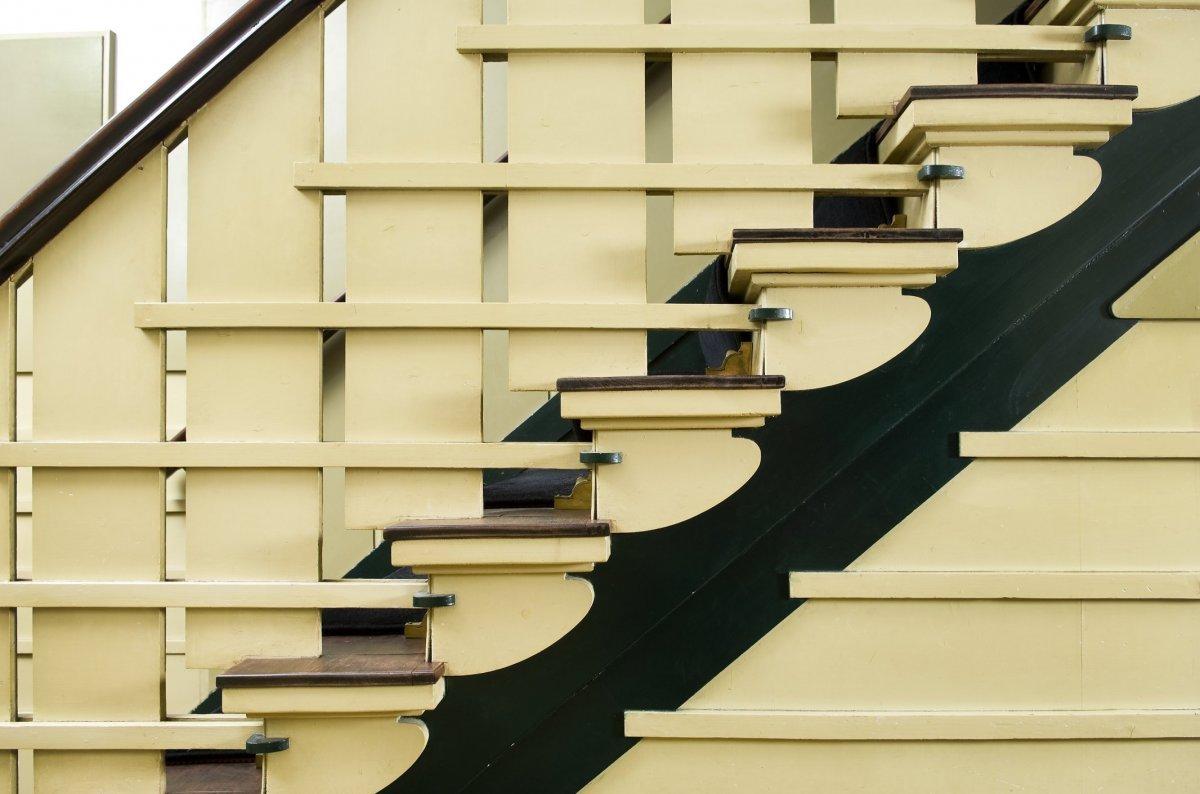 File interieur detail van de trap de betimmering van de trap heeft een speels geometrisch - Interieur trap ...