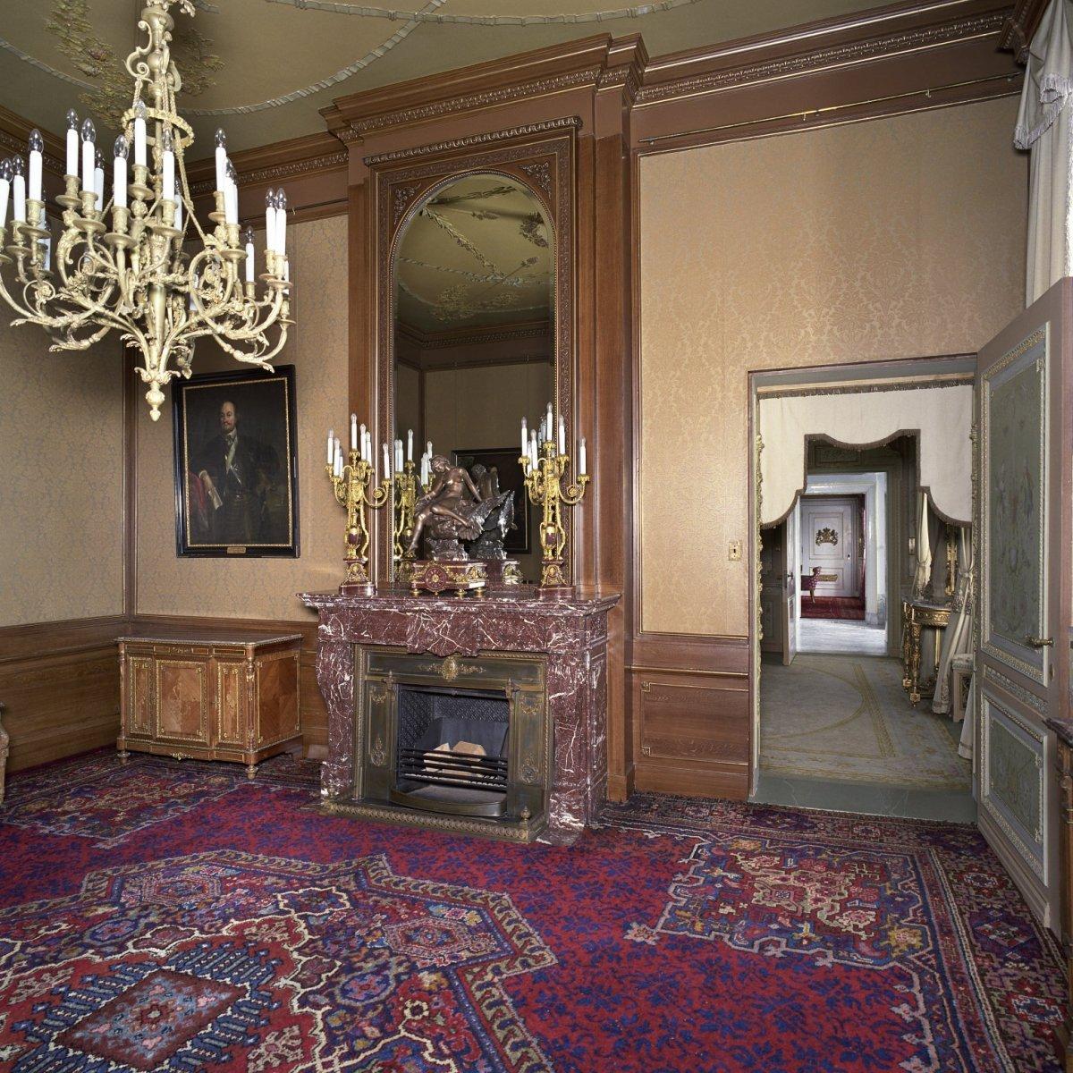 Overzicht van de cadeaukamer met schouw spiegel en en with for Design spiegels woonkamer