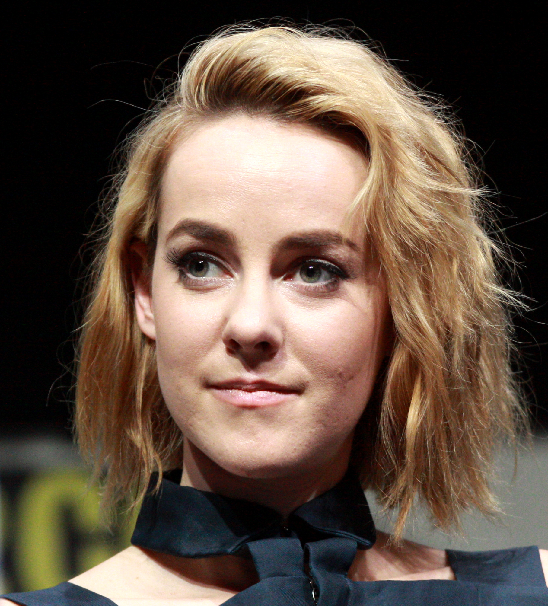 Jena Malone earned a  million dollar salary, leaving the net worth at 4 million in 2017