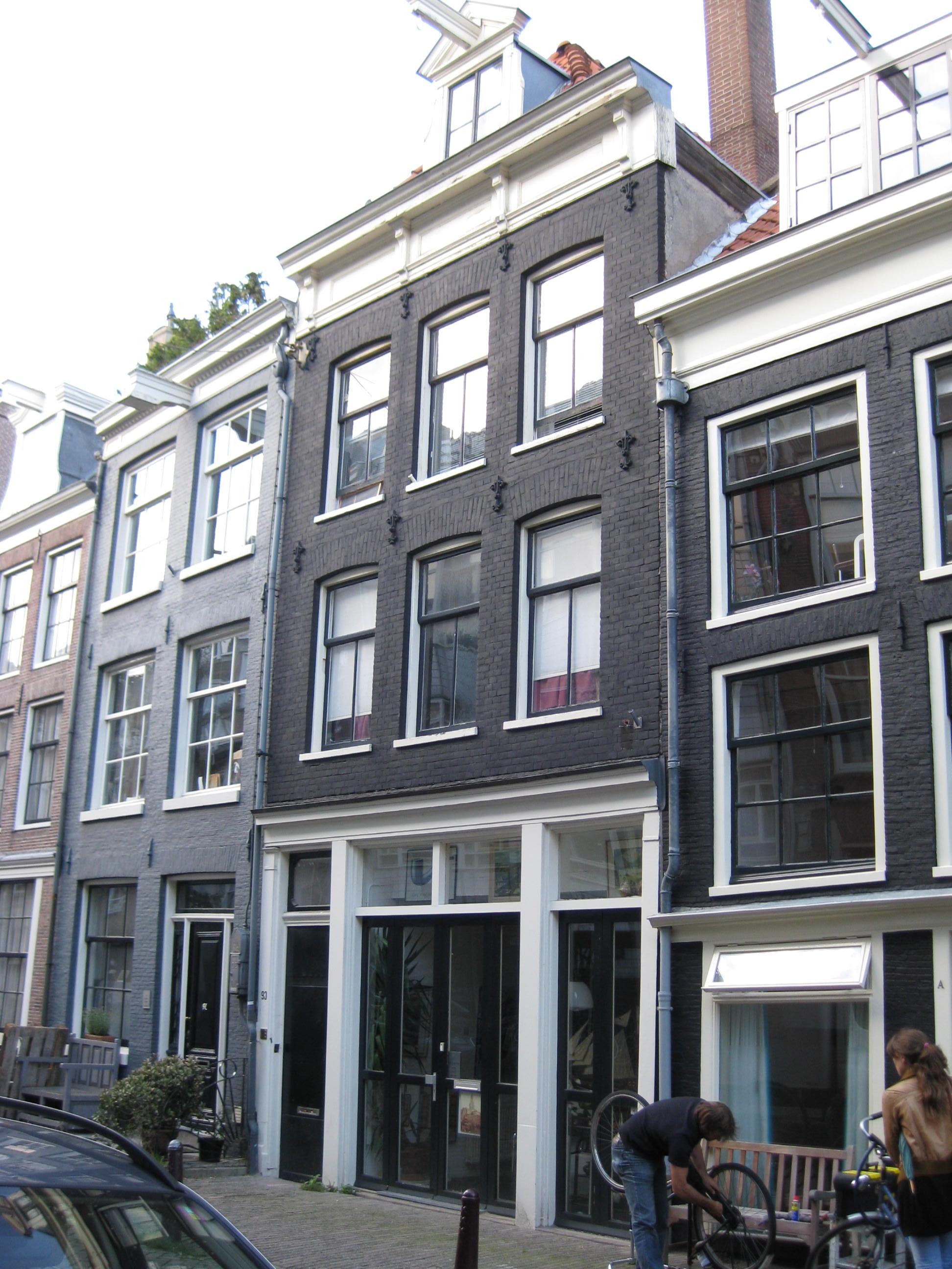 Huis onder schilddak en voorzien van een gevel onder rechte lijst met consoles in amsterdam - Provencaalse huis gevel ...