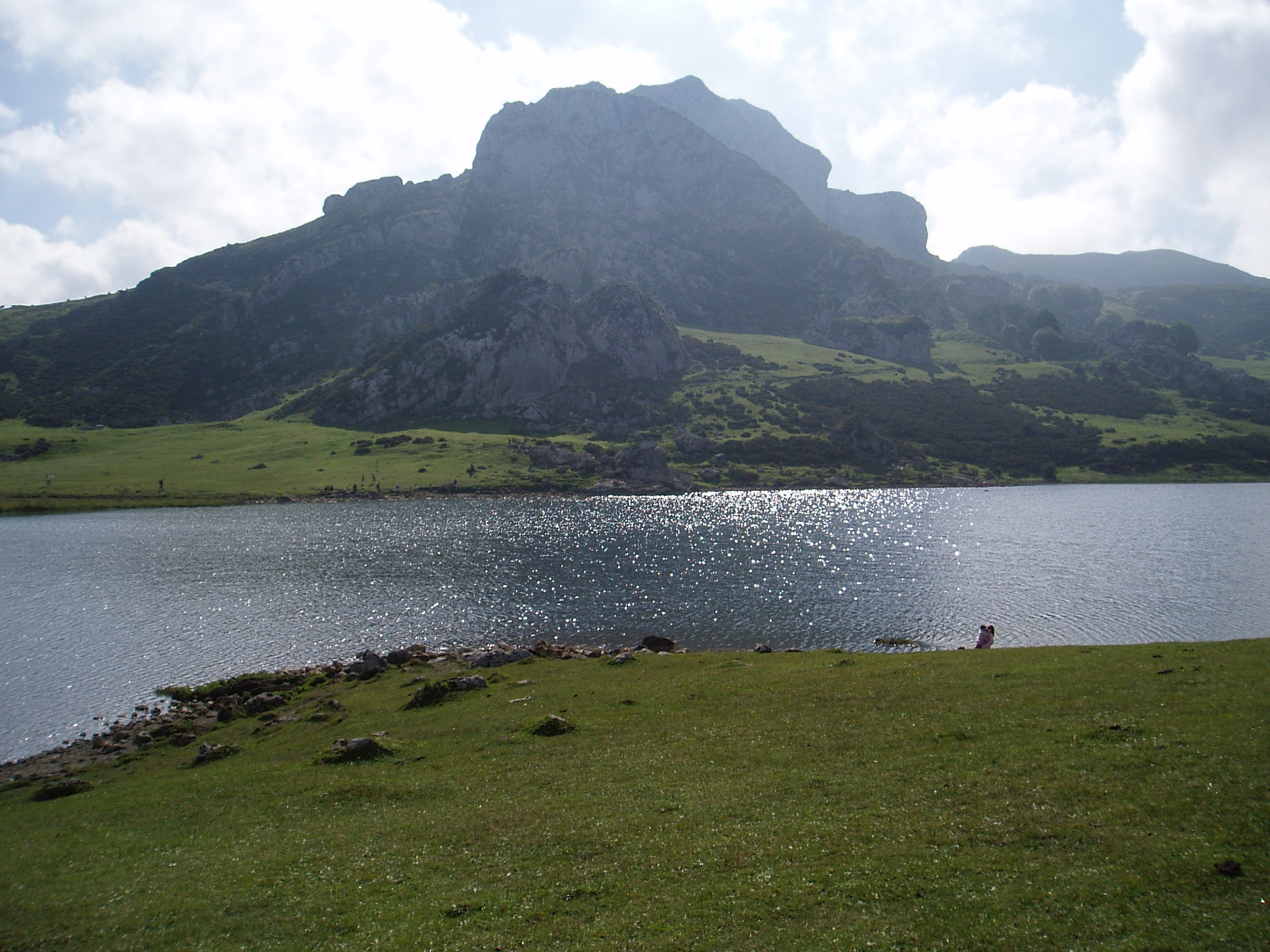 Description Lago Ercina. Picos de Europa.JPG