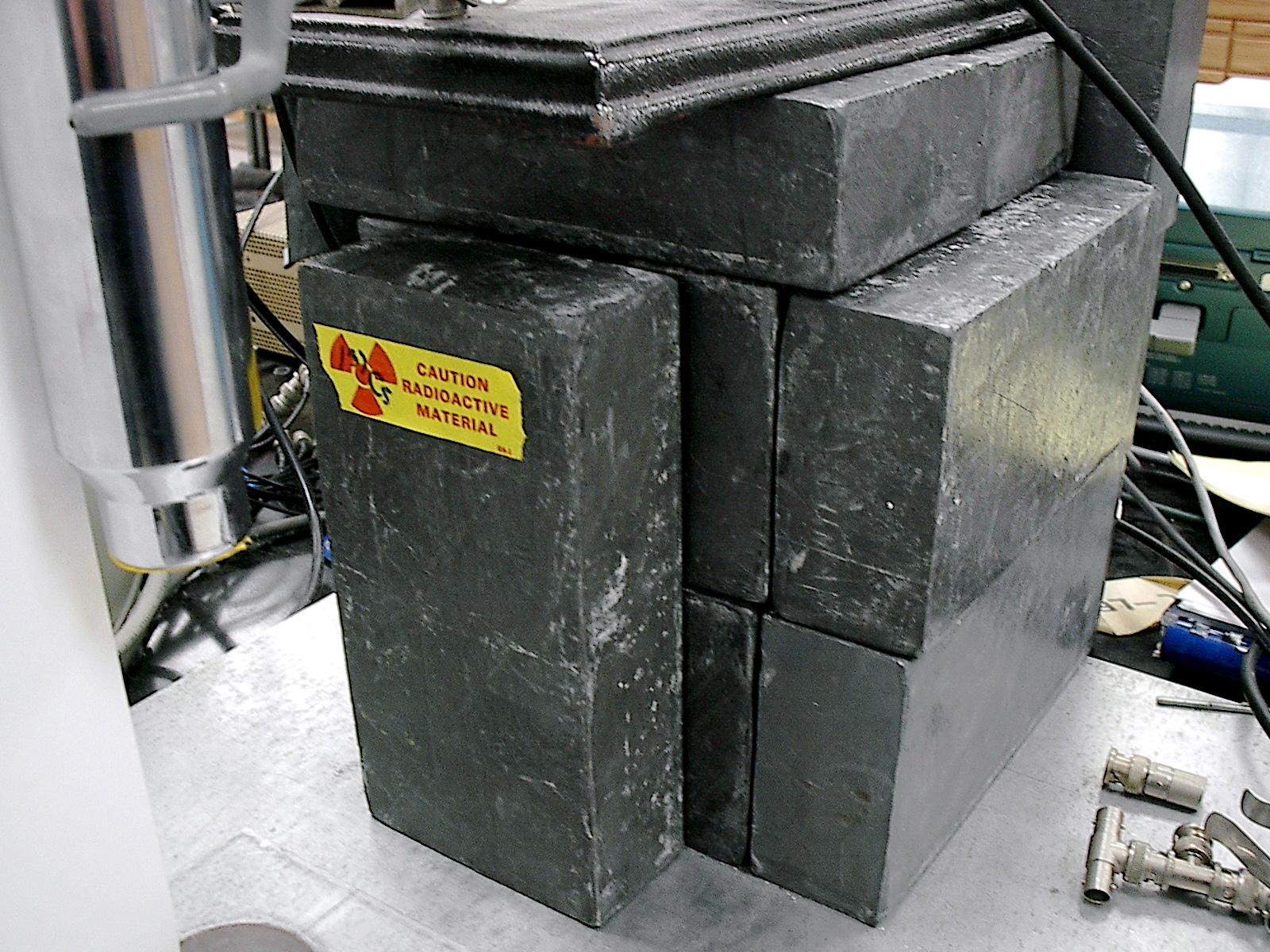 """Una protección radiológica sencilla: un """"castillo de plomo"""" montado con bloques de este material en torno a una fuente radiológica de un laboratorio."""