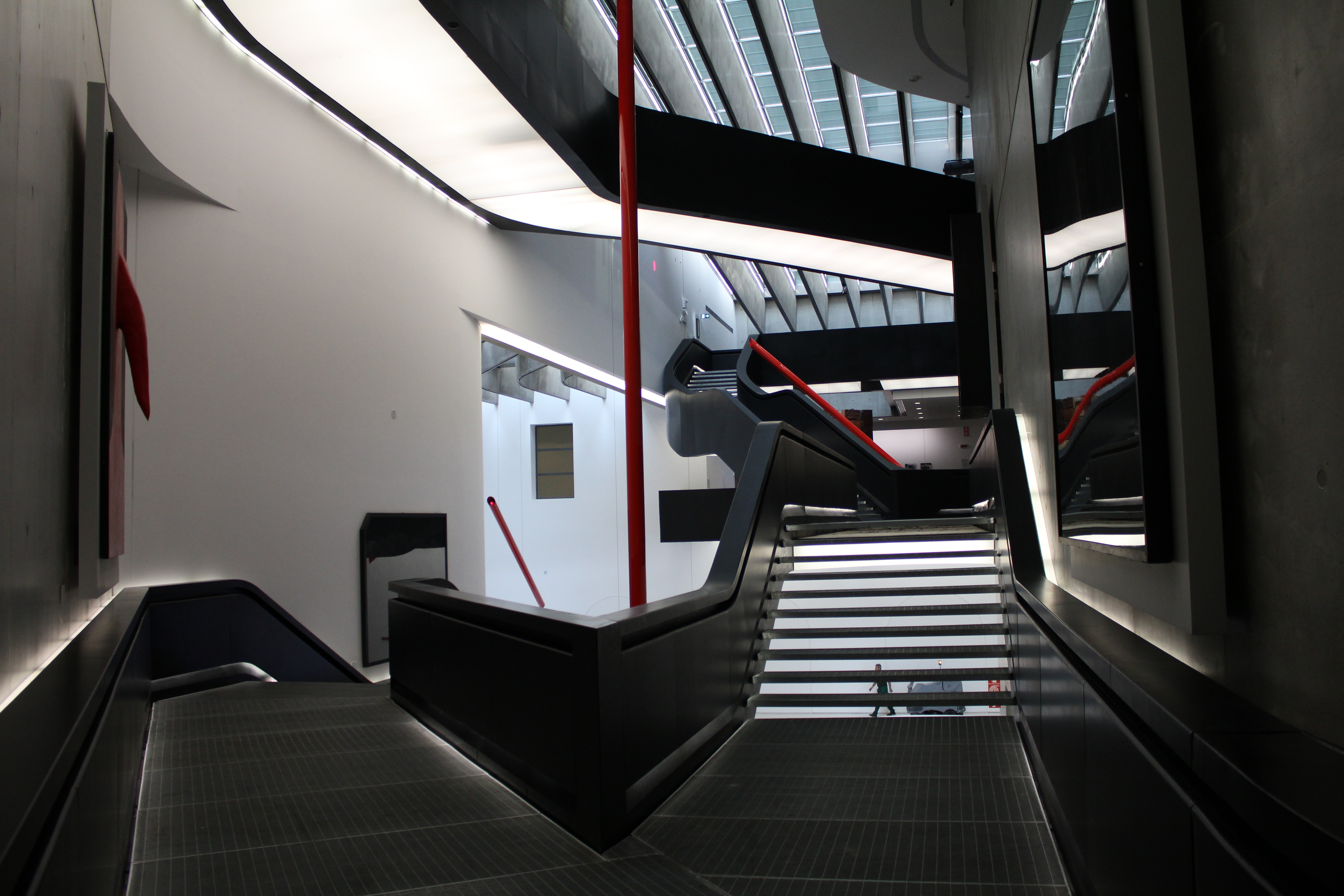 File maxxi museum interior 05 jpg wikimedia commons for Interno 5 b b roma