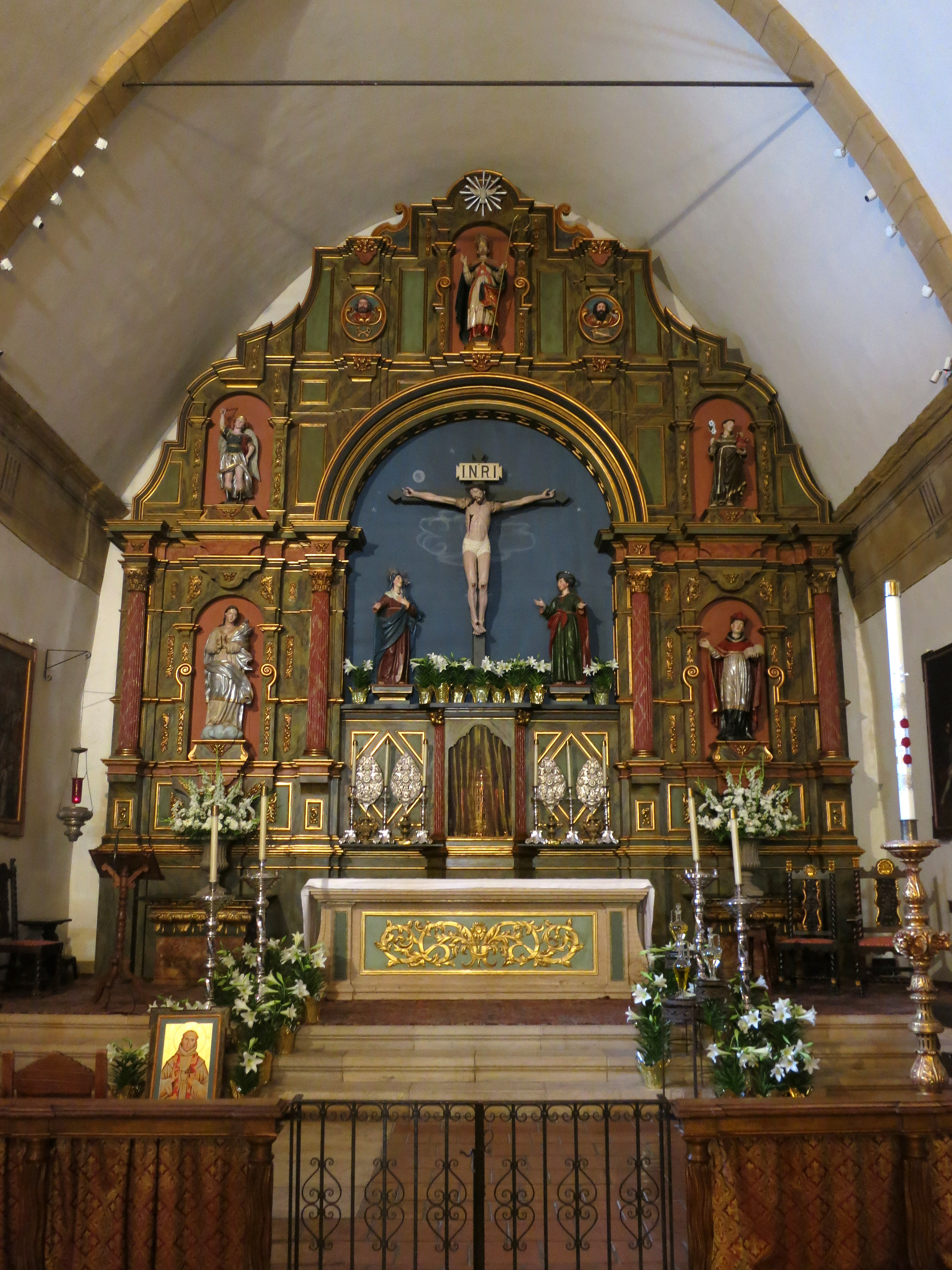 File:Mission San Carlos Borromeo de Carmelo (Carmel, CA) - basilica interior,  chancel decorated for Easter.jpg - Wikimedia Commons