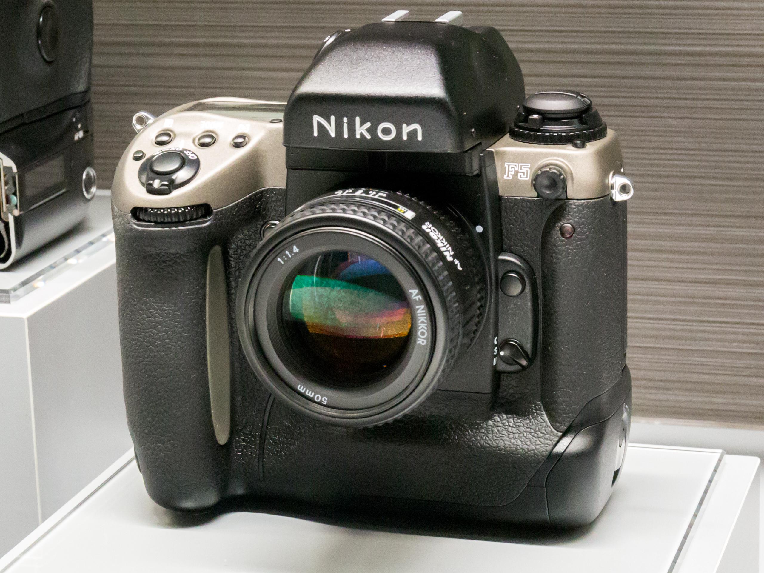https://upload.wikimedia.org/wikipedia/commons/2/2b/Nikon_F5_50th_Anniversary_model_2015_Nikon_Museum.jpg