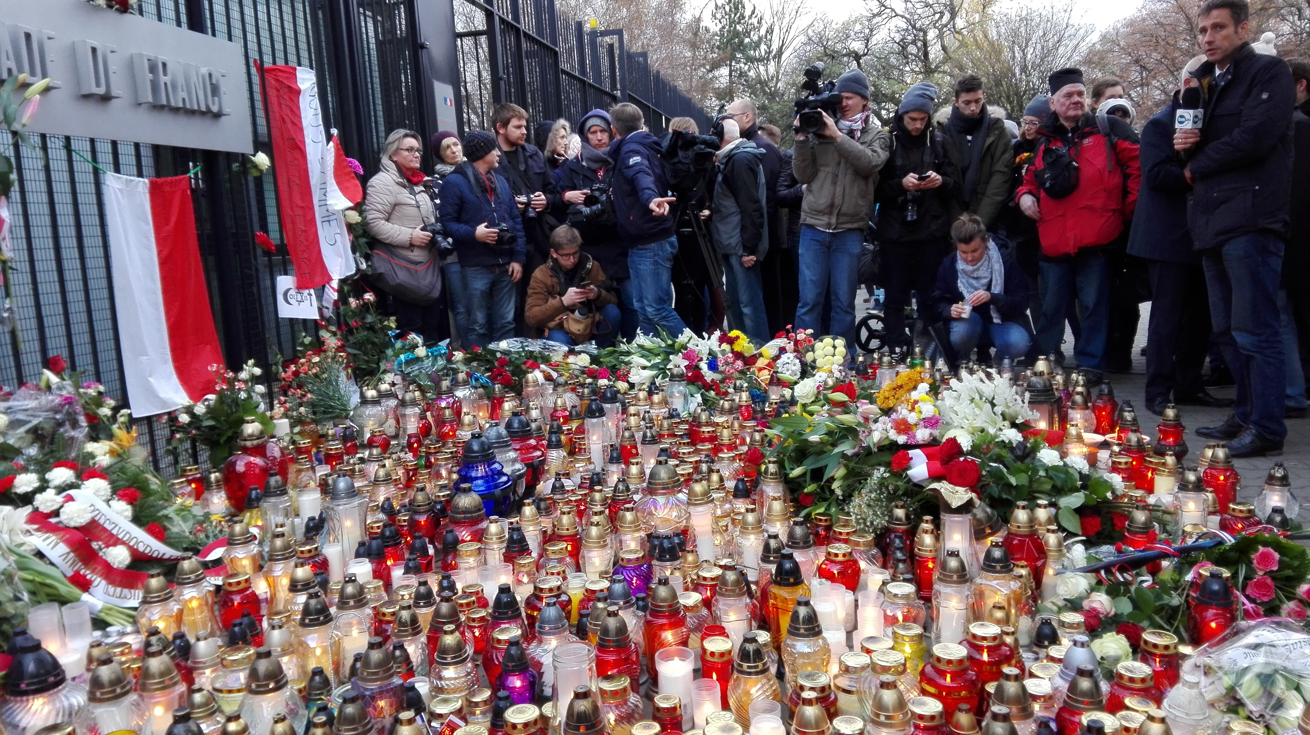 File:November 2015 Paris attacks - French Embassy in Warsaw - 2015 ...
