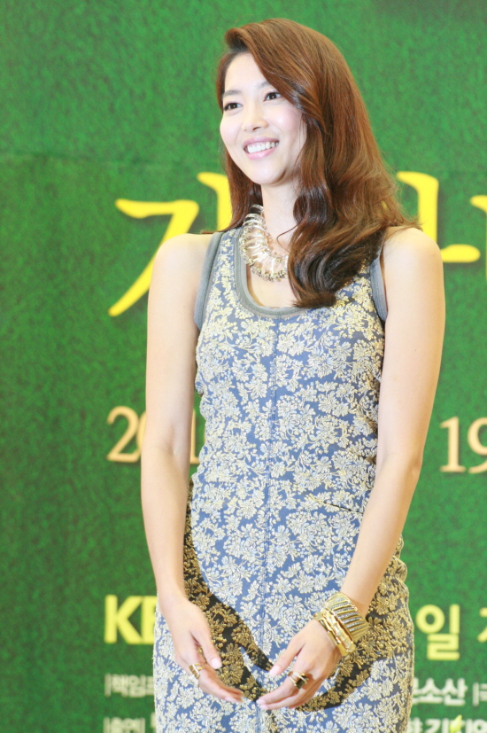http://upload.wikimedia.org/wikipedia/commons/2/2b/Oh_Yoon-Ah_in_2010.jpg