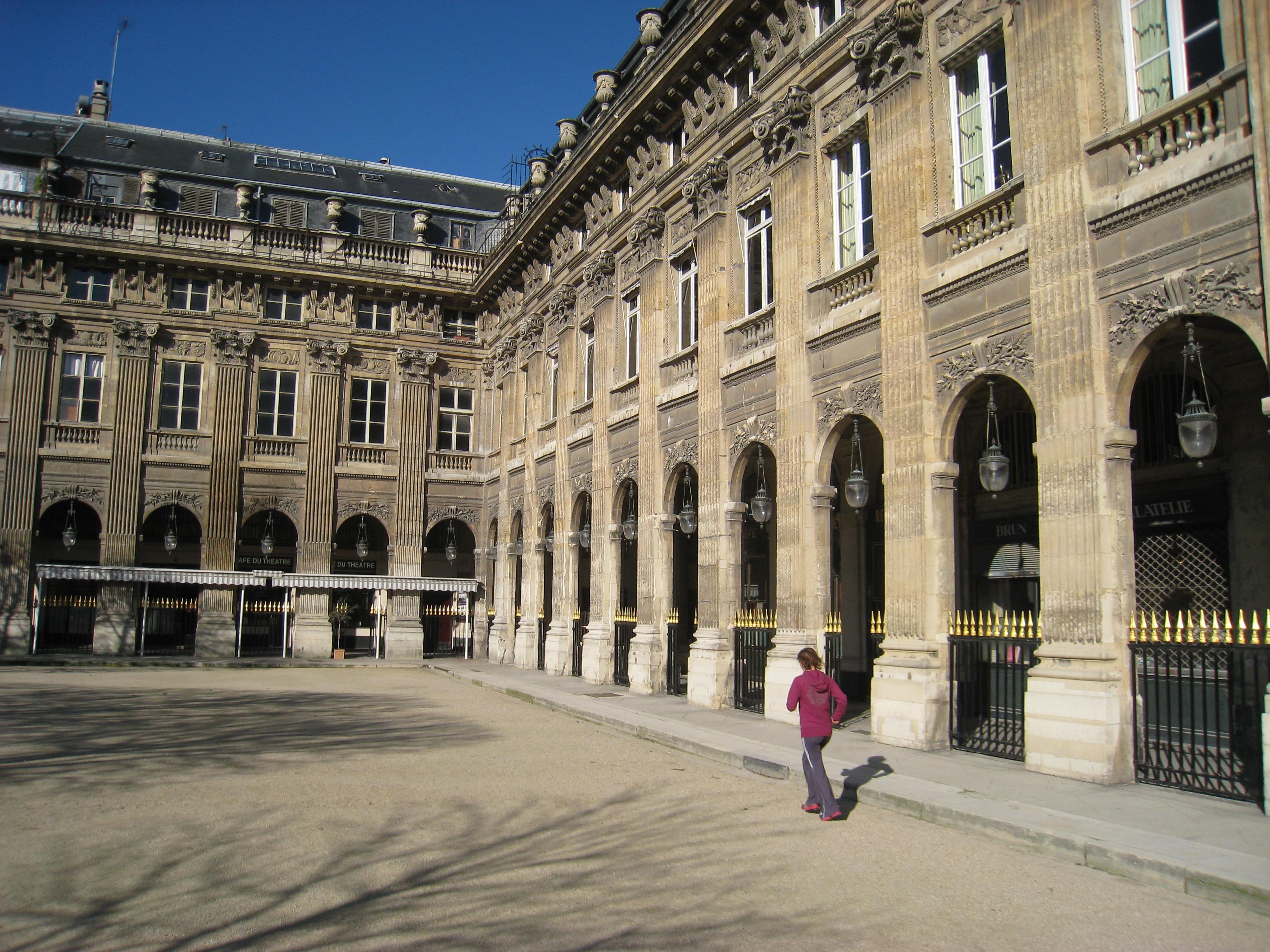 File palais royal paris interior courtyard detail jpg wikimedia commons - Salon de the palais royal ...