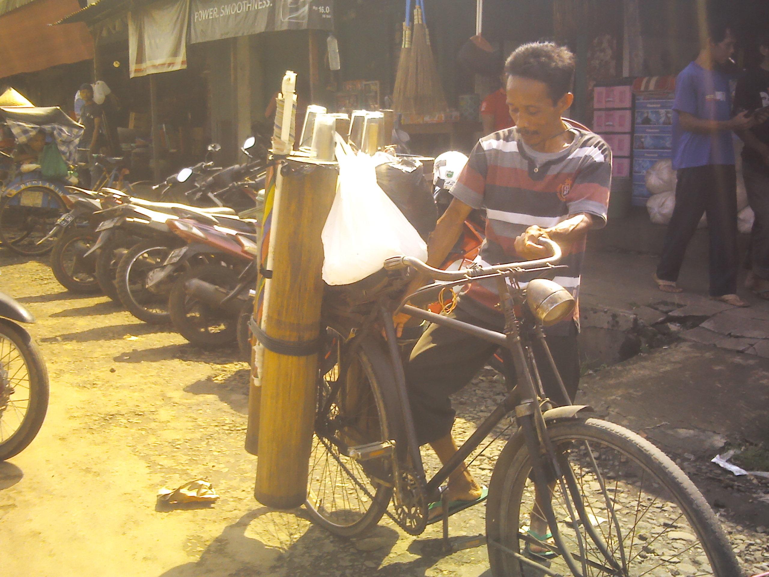 File:Penjual Legen Pasr Sumpiuh, Banyumas.jpg
