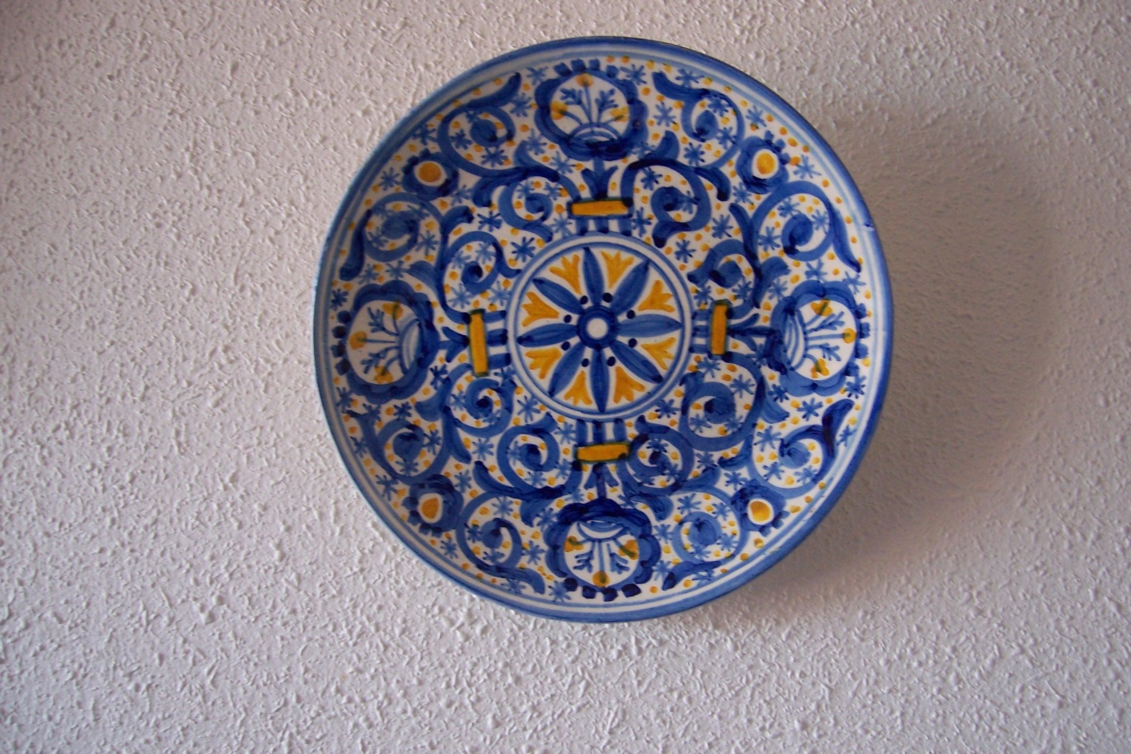 File plato ceramica talavera azul amarillo for Oficina zona azul talavera