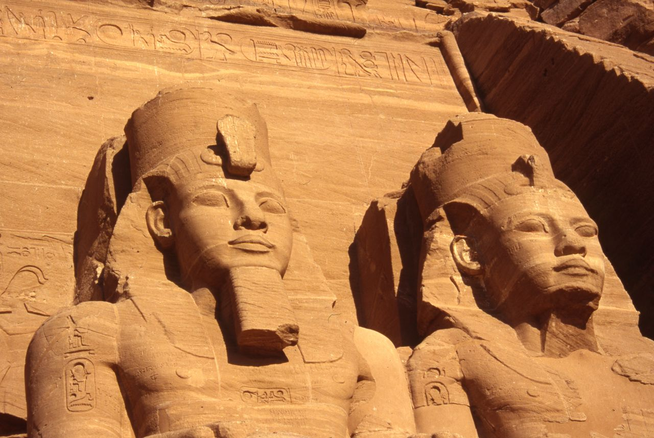 https://upload.wikimedia.org/wikipedia/commons/2/2b/Statues_of_Ramses_II_at_Abu_Simbel.jpg