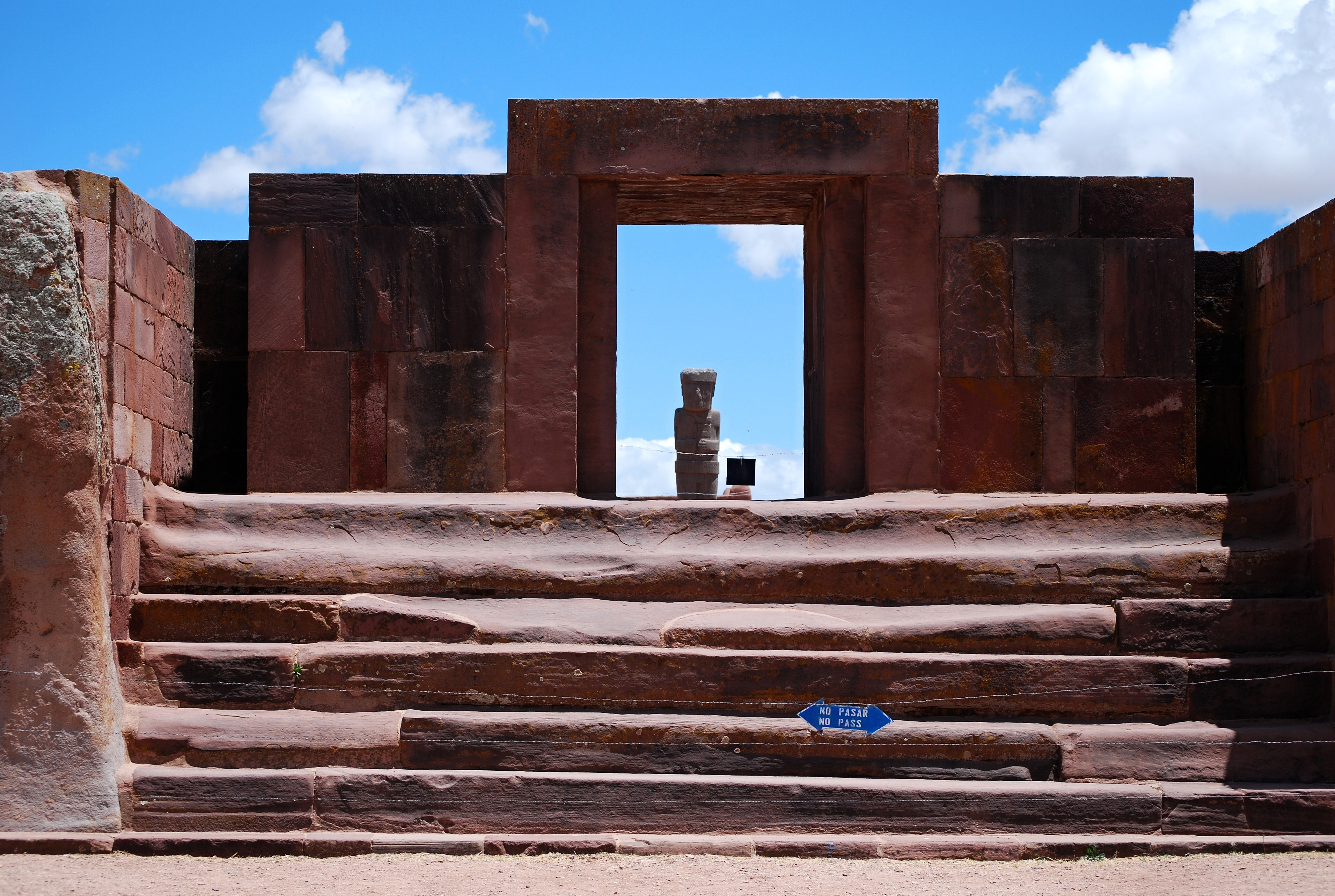 Templo de Kalasasaya a socha Monolito Ponce - Tiwanaku - panoramio.jpg