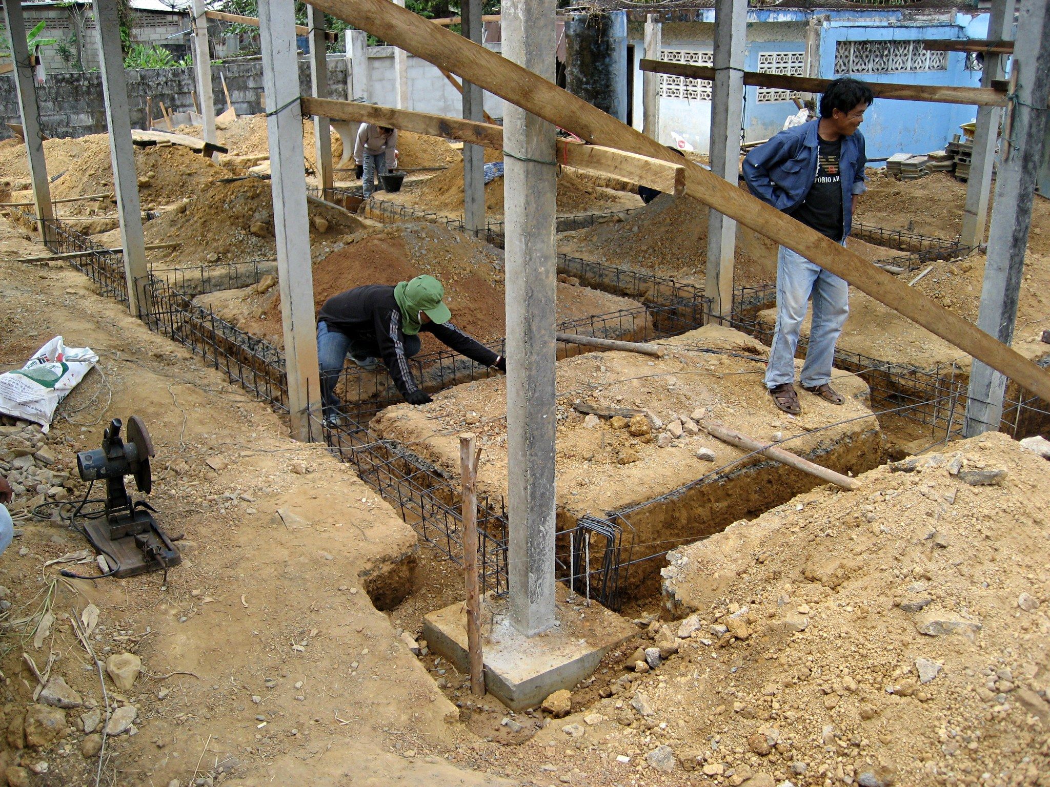 File thai house rebar work jpg wikimedia commons for Construction of house step by step