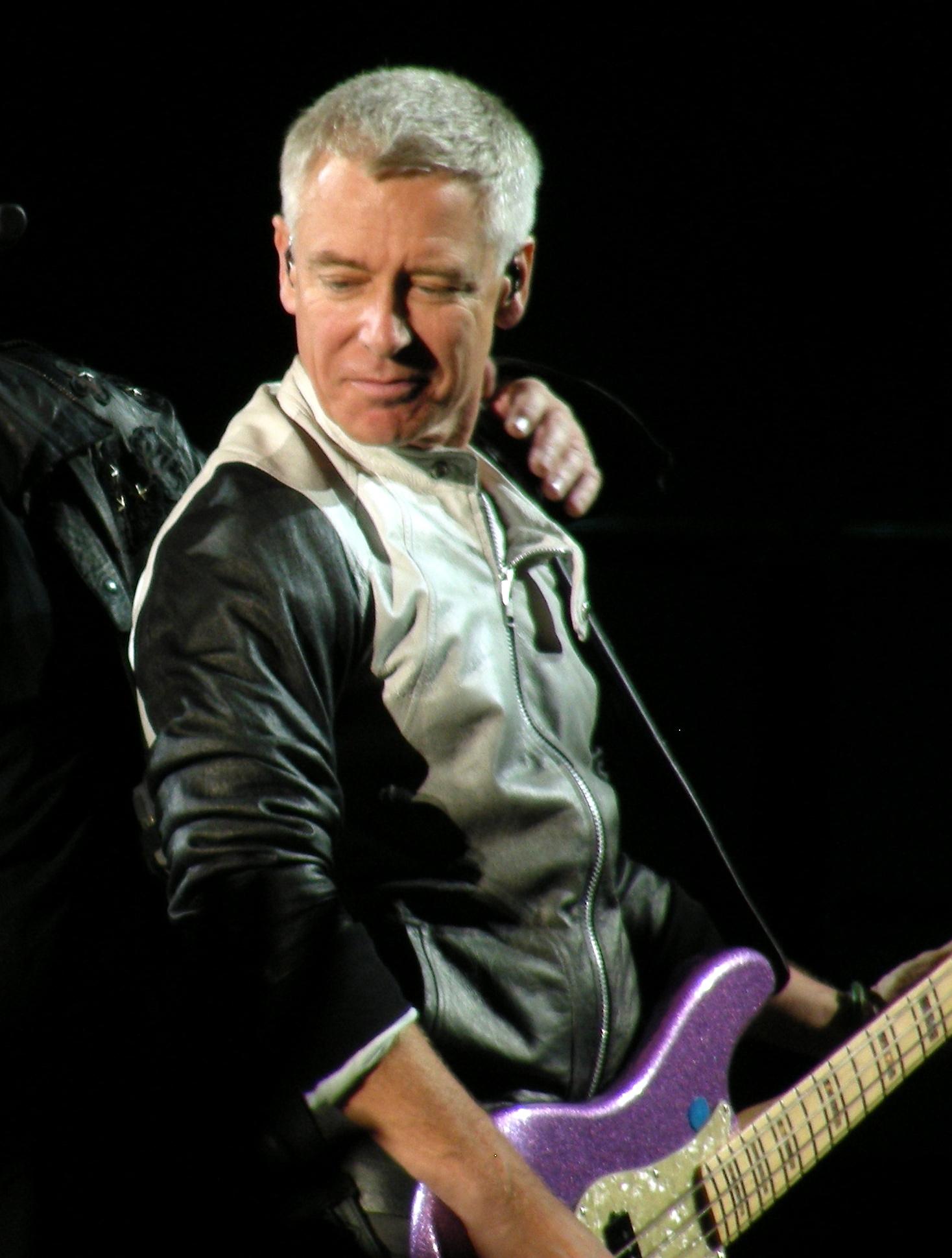 A que se deve a falta de popularidade da Gibson em relação à Fender? - Página 4 U2_%40_Scott_Stadium_2_Adam_cropped