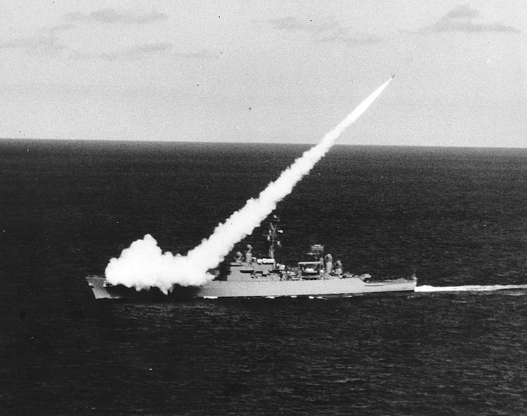 https://upload.wikimedia.org/wikipedia/commons/2/2b/USS_Bainbridge_%28DLGN-25%29_firing_a_RIM-2_Terrier_missile_in_1962.jpg