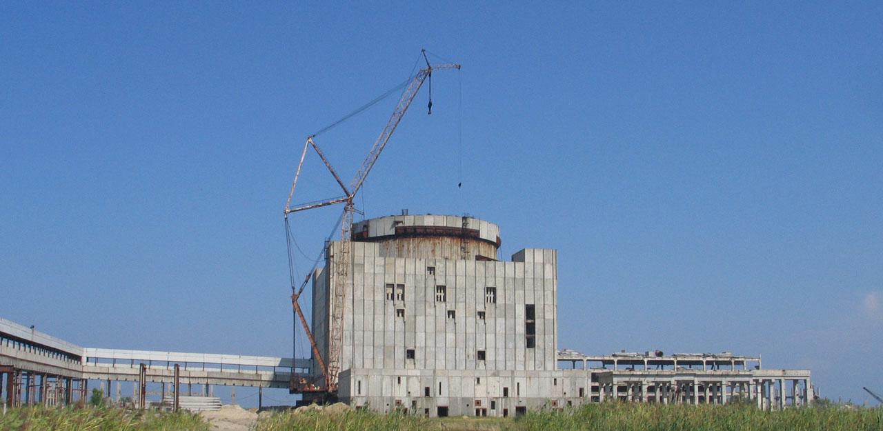 Estação de Energia Atômica da Crimeia: até o guindaste foi deixado pra trás em 1989 e a obra caiu num verdadeiro limbo jurídico