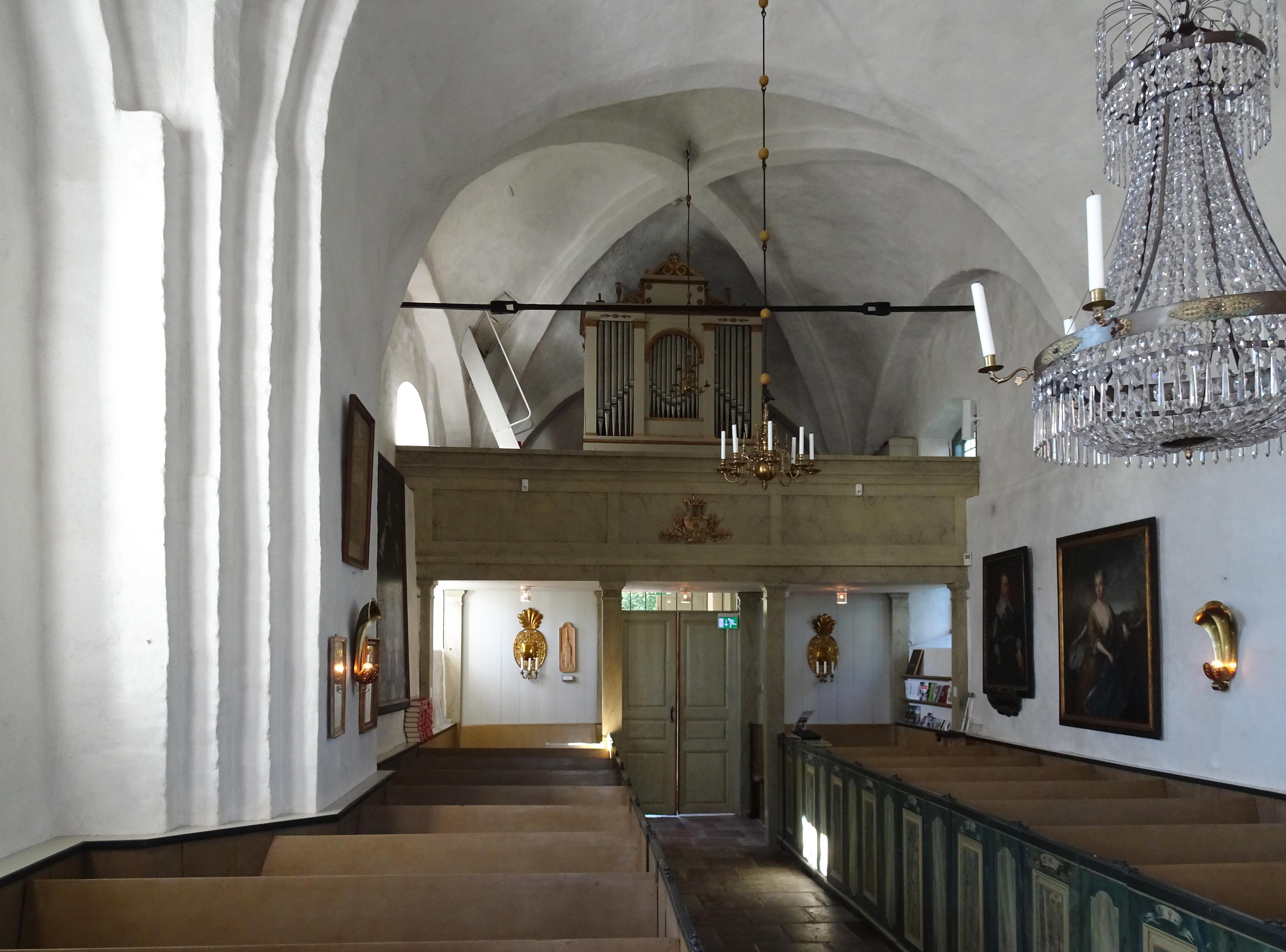 Adelsö kyrka interiör, 2016a.jpg