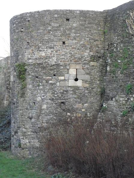 File:Dol-de-Bretagne (35) Tour de la motte.jpg