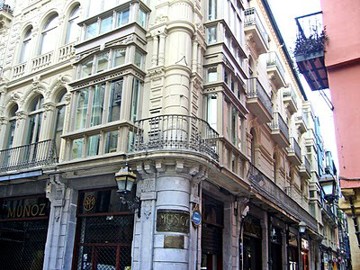 File edificio de la calle bidebarrieta esquina jardines for Jardines de bilbao
