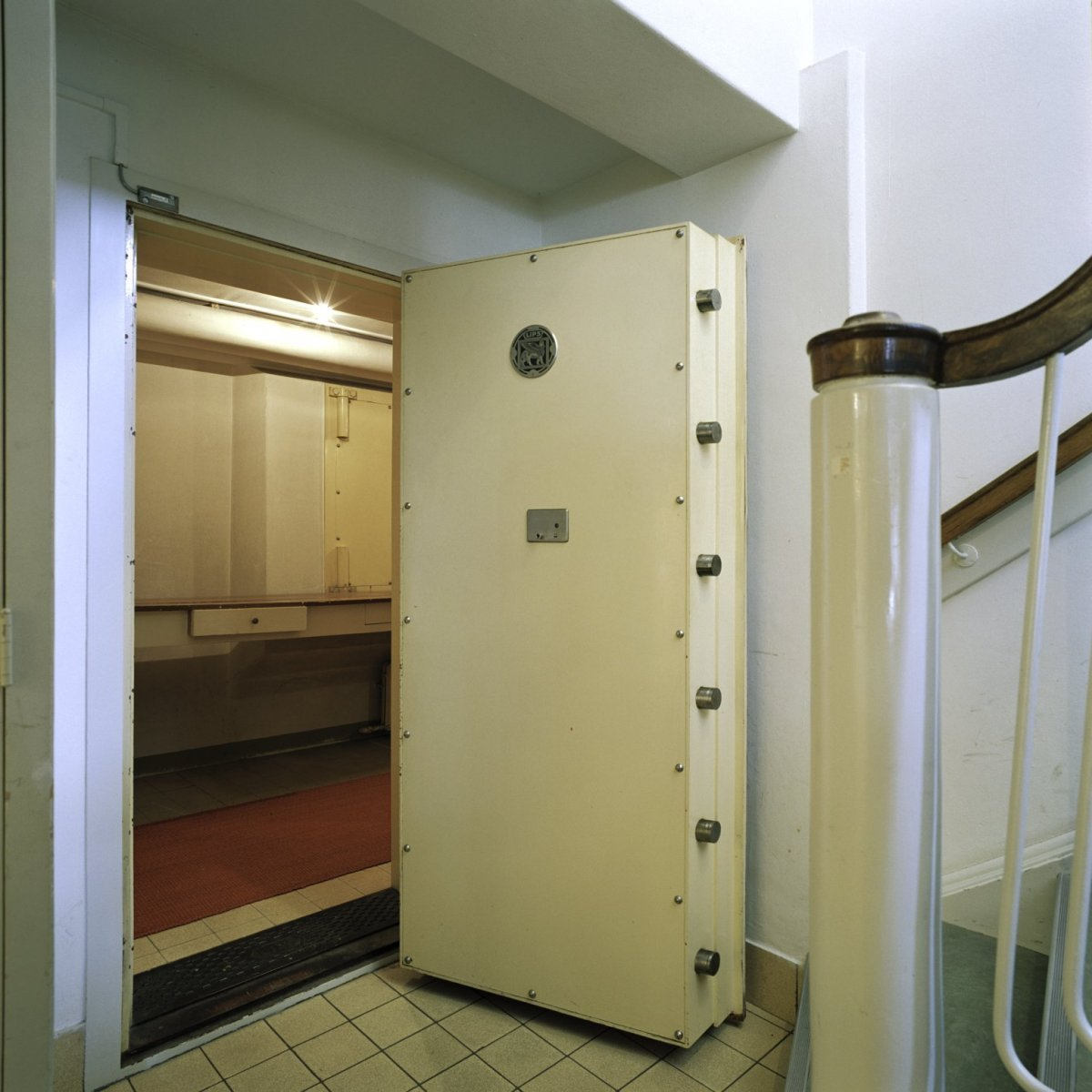 File interieur zicht op de kluis met geopende kluisdeur for Corps interieur