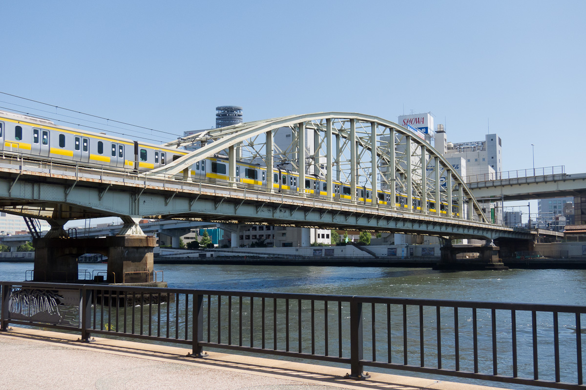 https://upload.wikimedia.org/wikipedia/commons/2/2c/JRE-Sobu-Line-Sumidagawa-Bridge-02.jpg