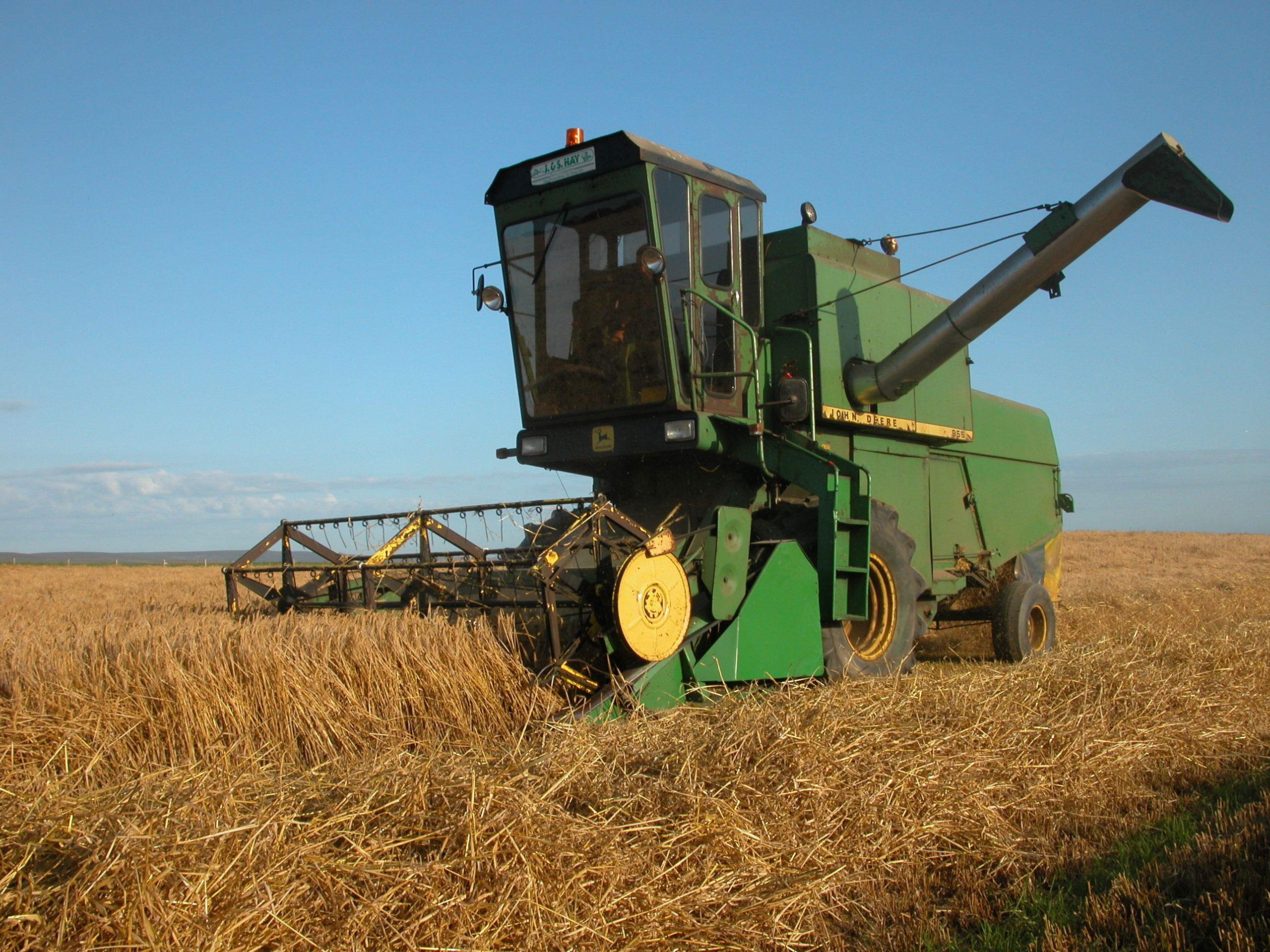 Description John Deere 955 combine harvester, Orkney Islands.jpg
