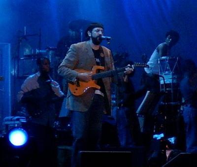 Juan Luis Guerra en un concierto en Madrid (España) durante su gira de celebración Tour 20Años, en 2005.