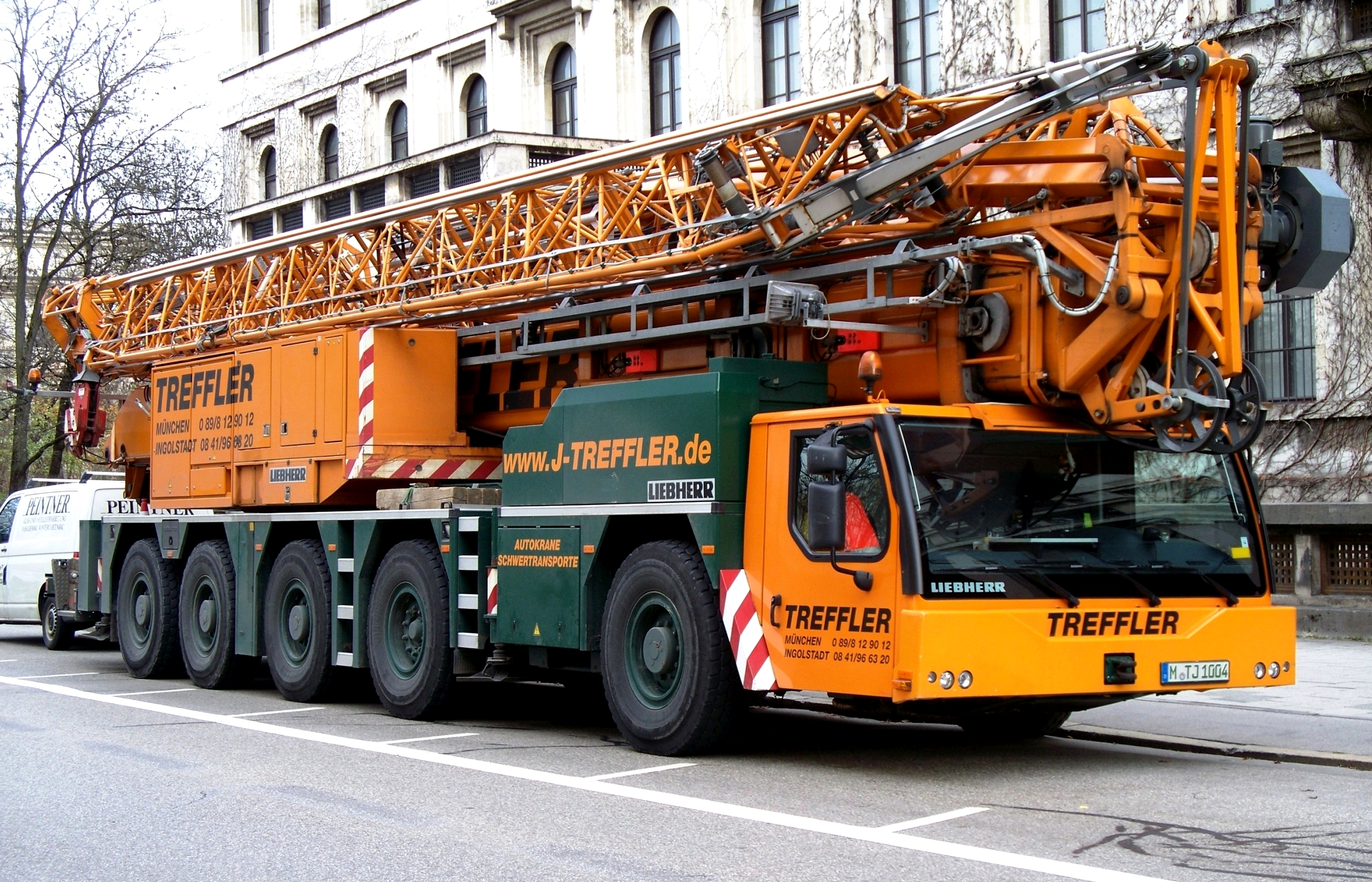 Liebherr_mobile_crane_in_Munich.jpg