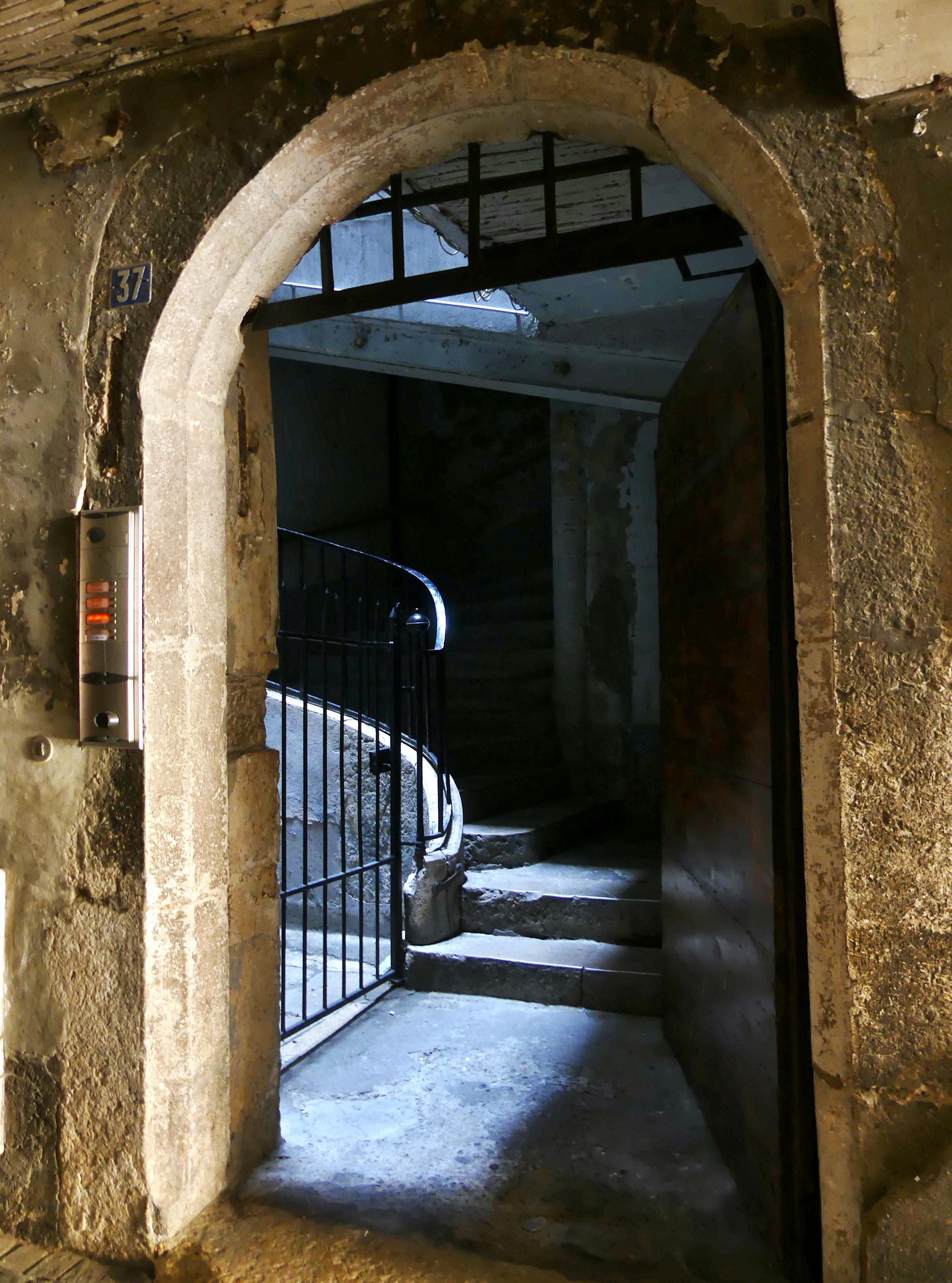 File:Montée d\'escalier le long d\'une allée de Chambéry.JPG ...