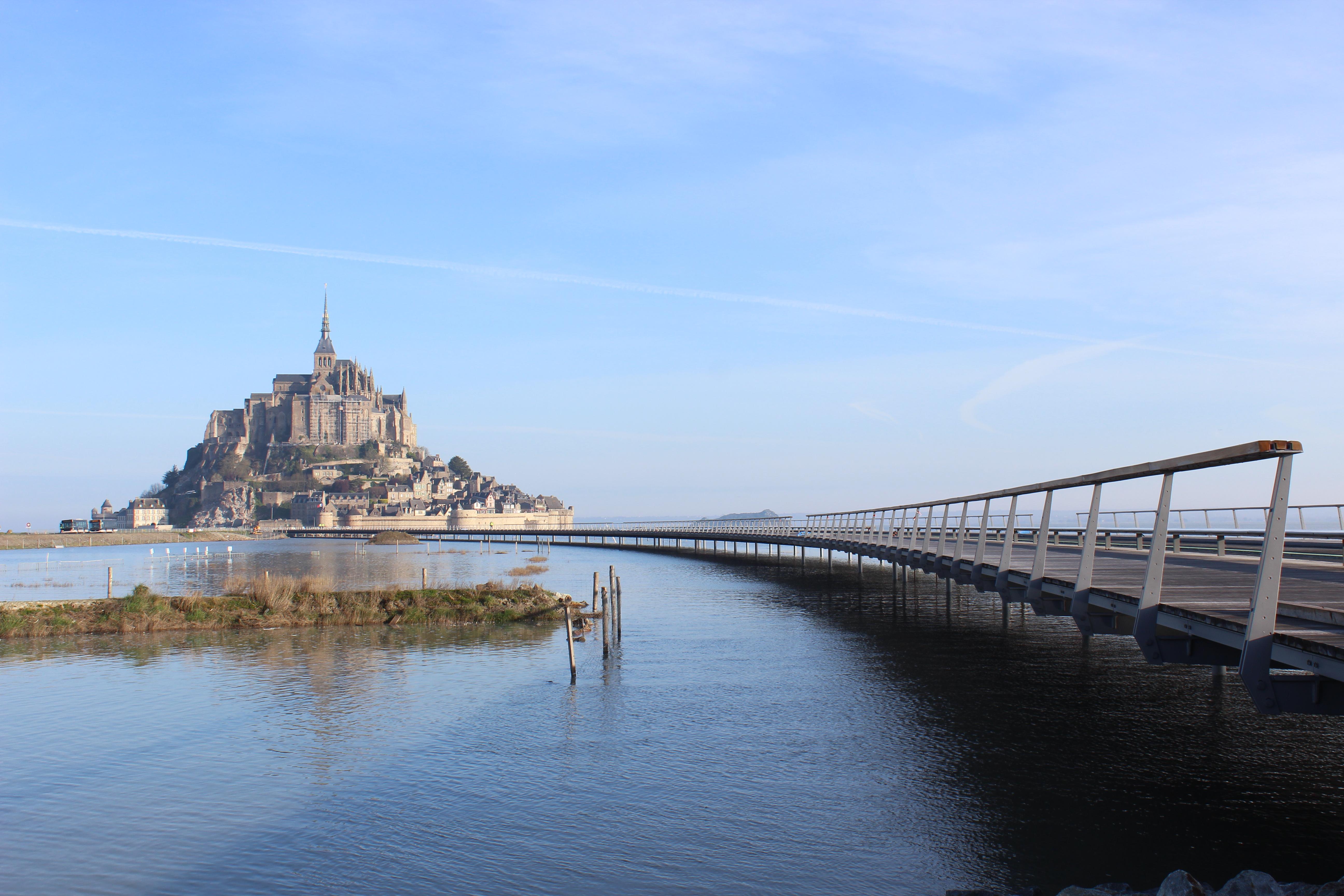 Mont St Michel + Jetée par Marée haute.JPG