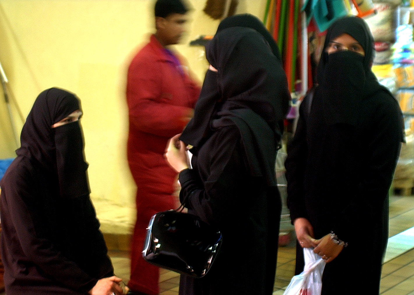 Muslim women in Kuwait City.jpg